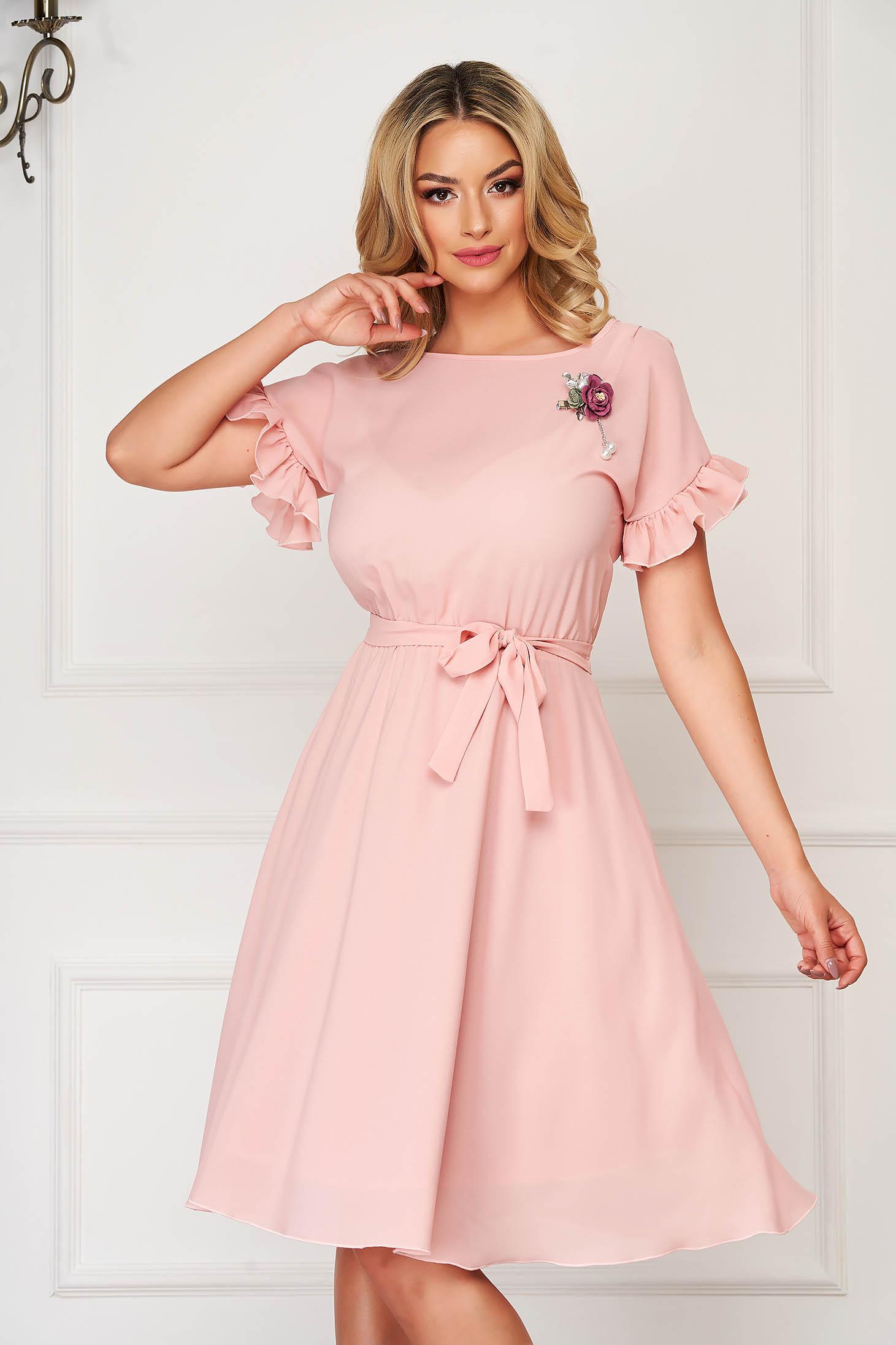 Rochie StarShinerS roz prafuit eleganta midi in clos cu elastic in talie si volanase la maneca