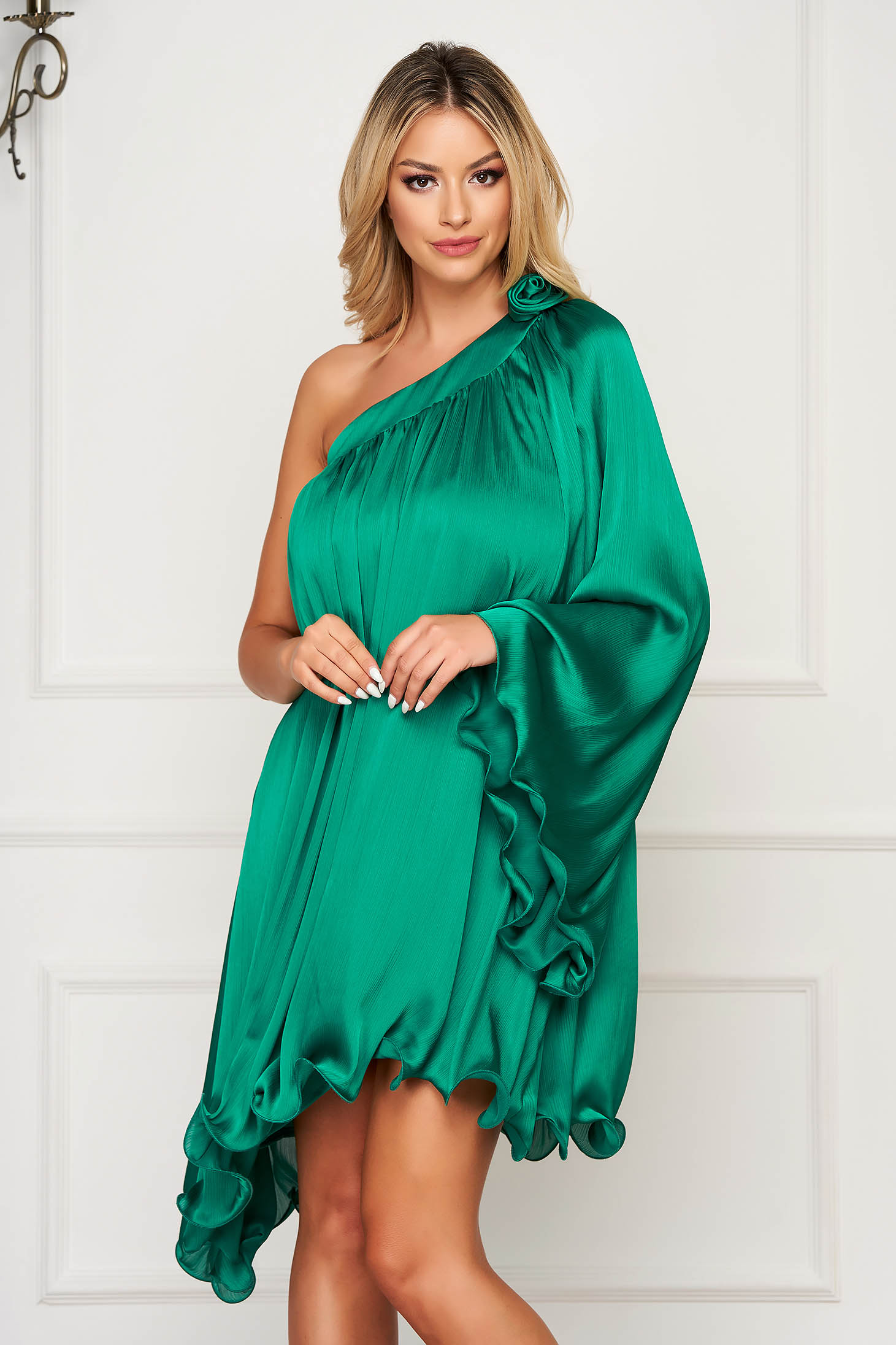 Zöld alkalmi aszimetrikus bő szabású ruha szatén anyagból