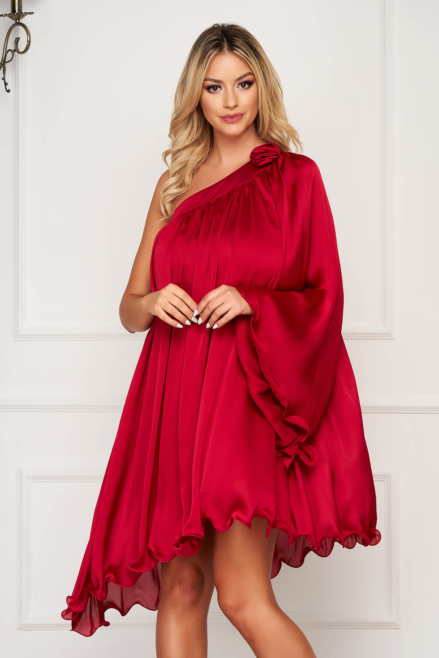 Rochie rosie asimetrica de ocazie cu croi larg din material satinat