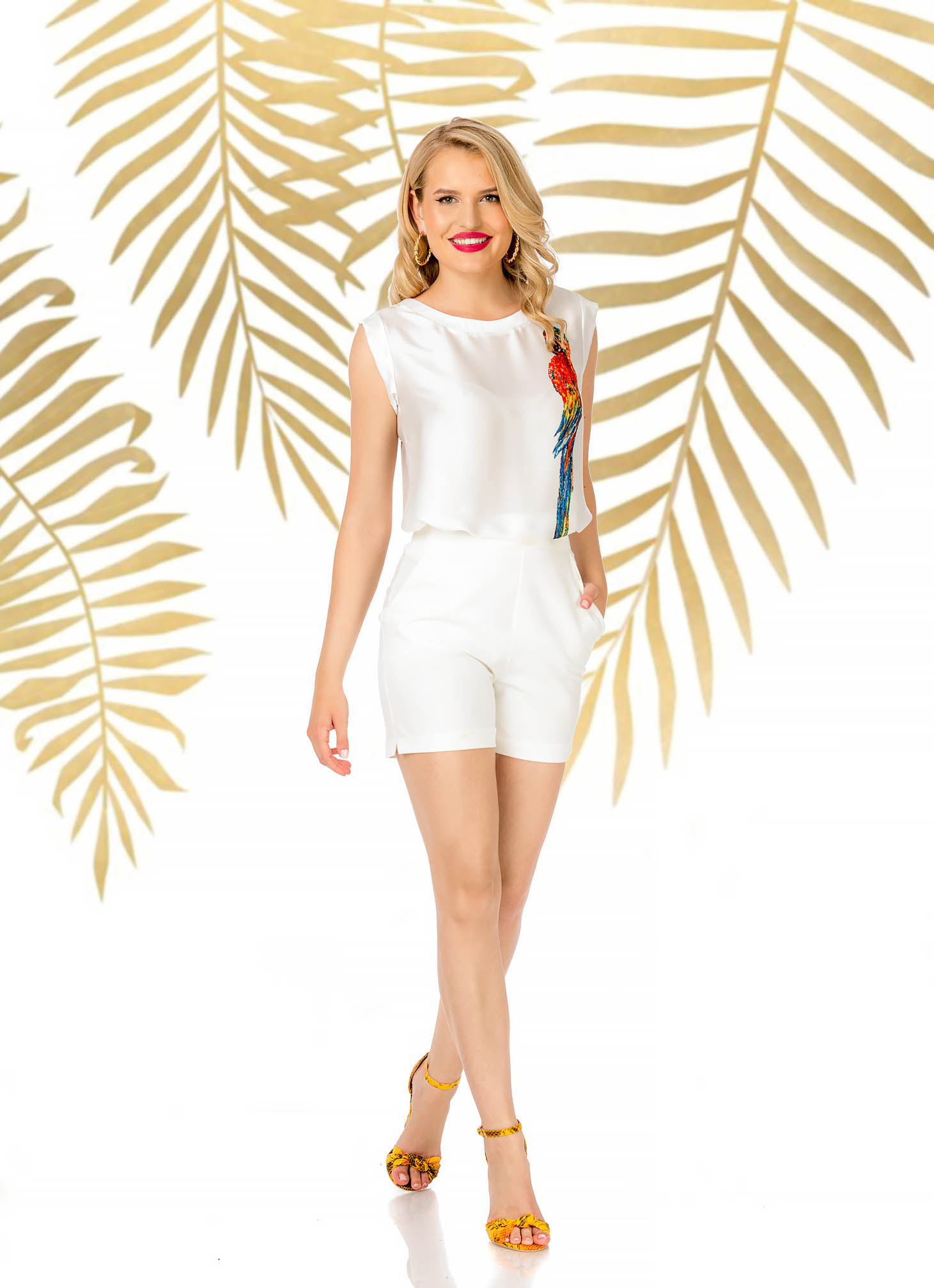 White short elegant high waisted with tented cut with pockets