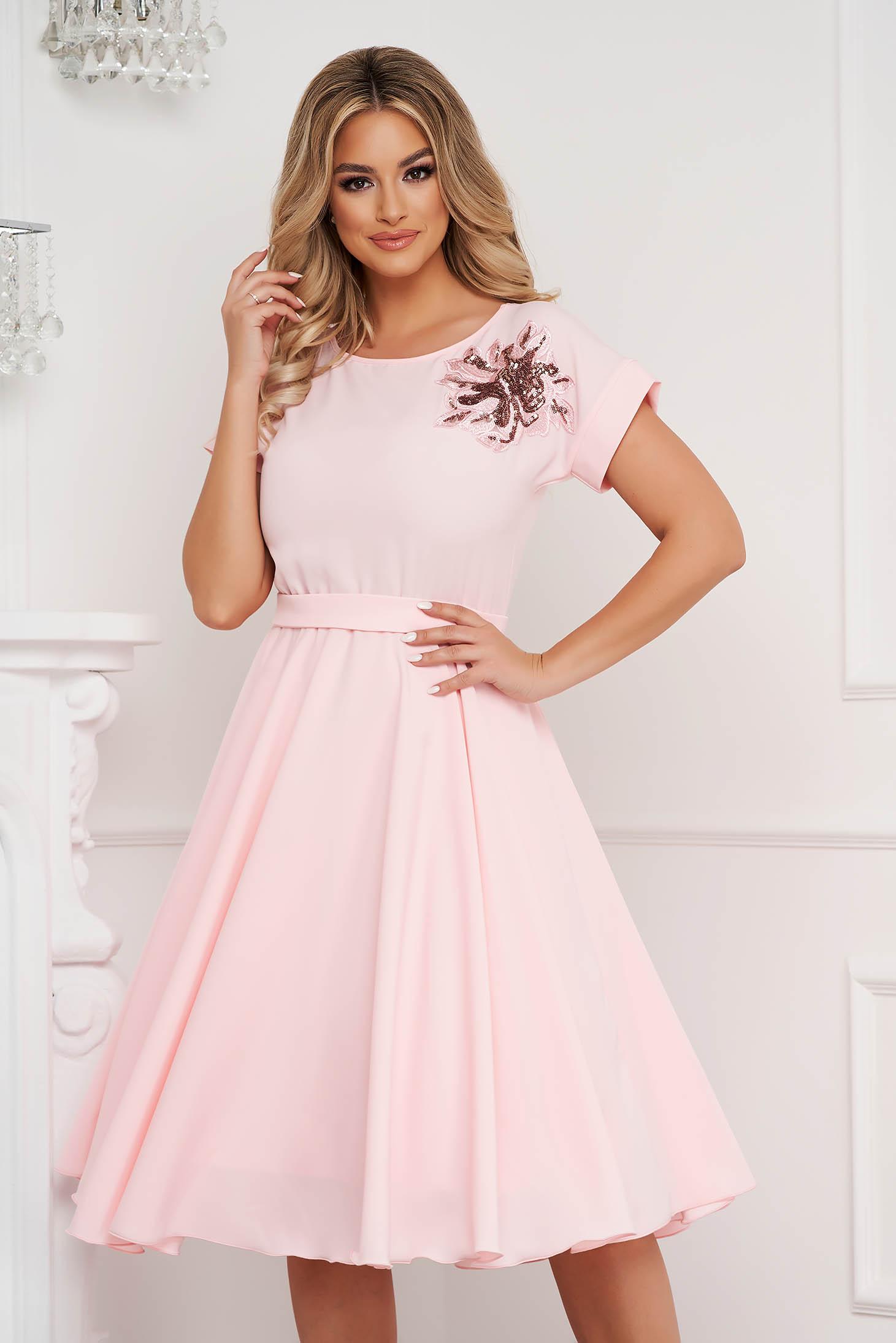 Rochie StarShinerS roz deschis midi de ocazie clos cu elastic in talie si broderie creata in atelierele proprii