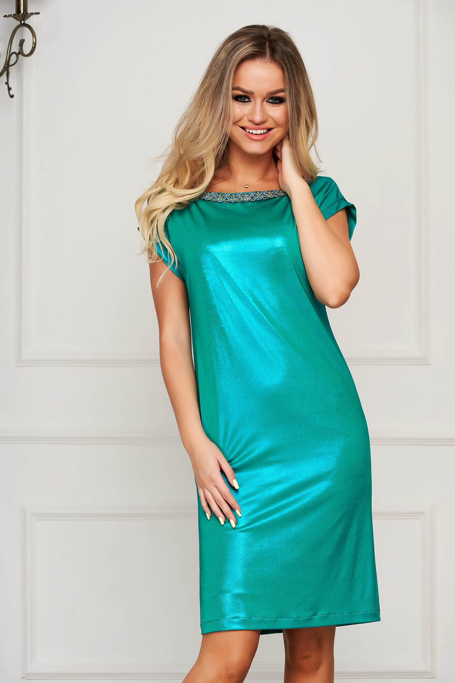 Zöld StarShinerS elegáns ruha pólónyakkal virágos díszekkel