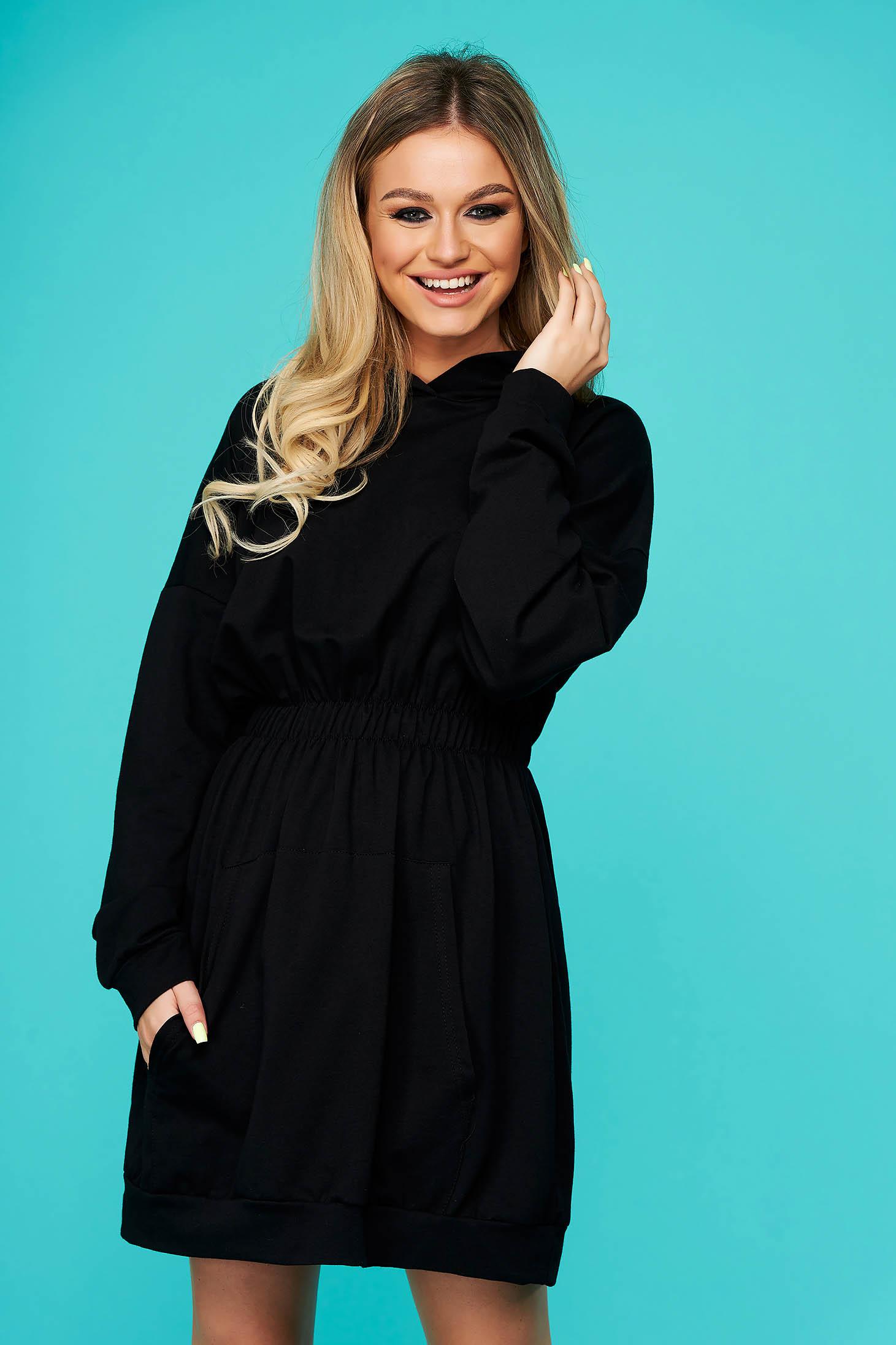 Fekete fix kapucnis zsebes rövid casual ruha pamutból készült