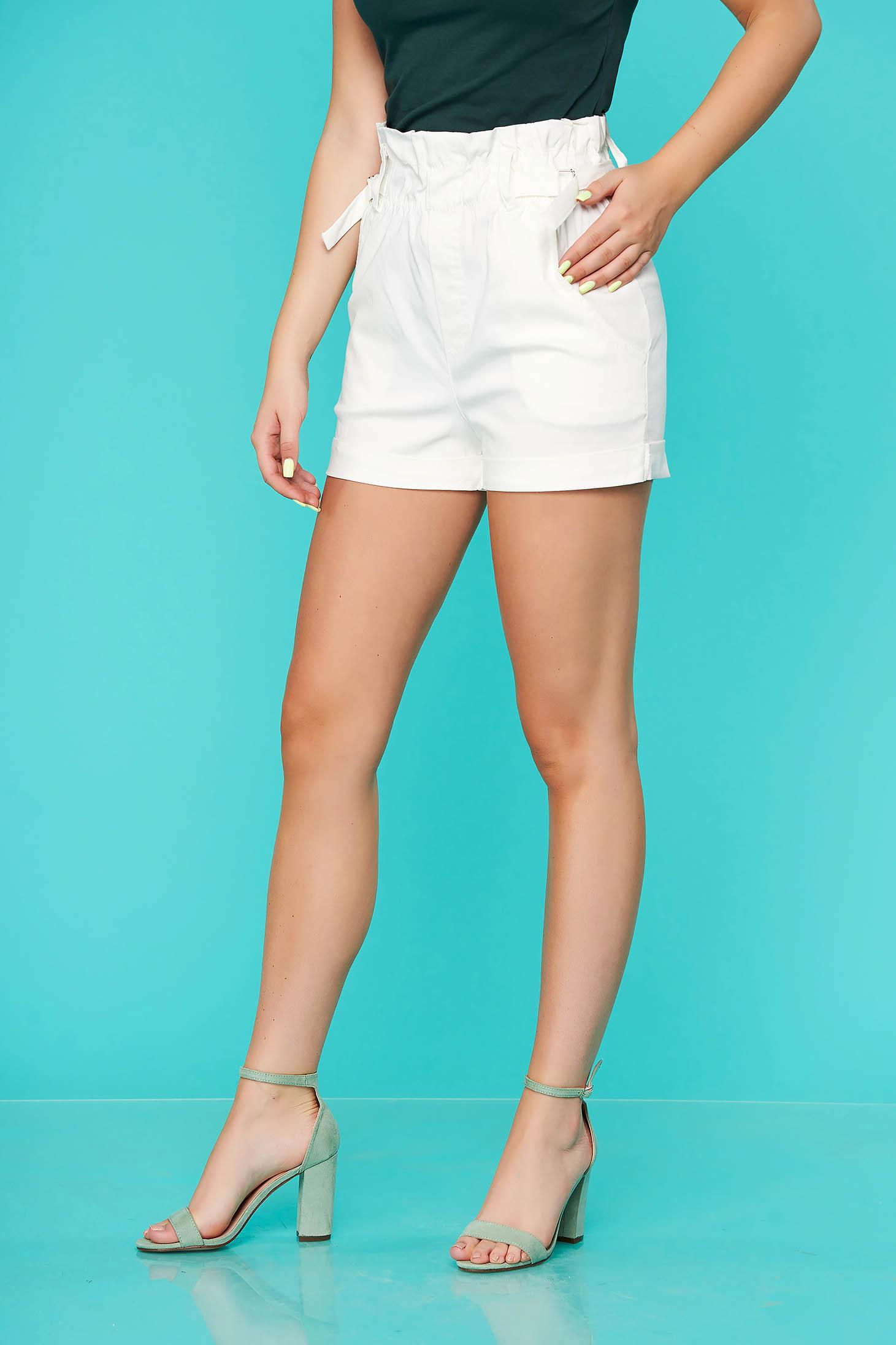 Fehér magas derekú szűk szabású zsebes casual rövidnadrág