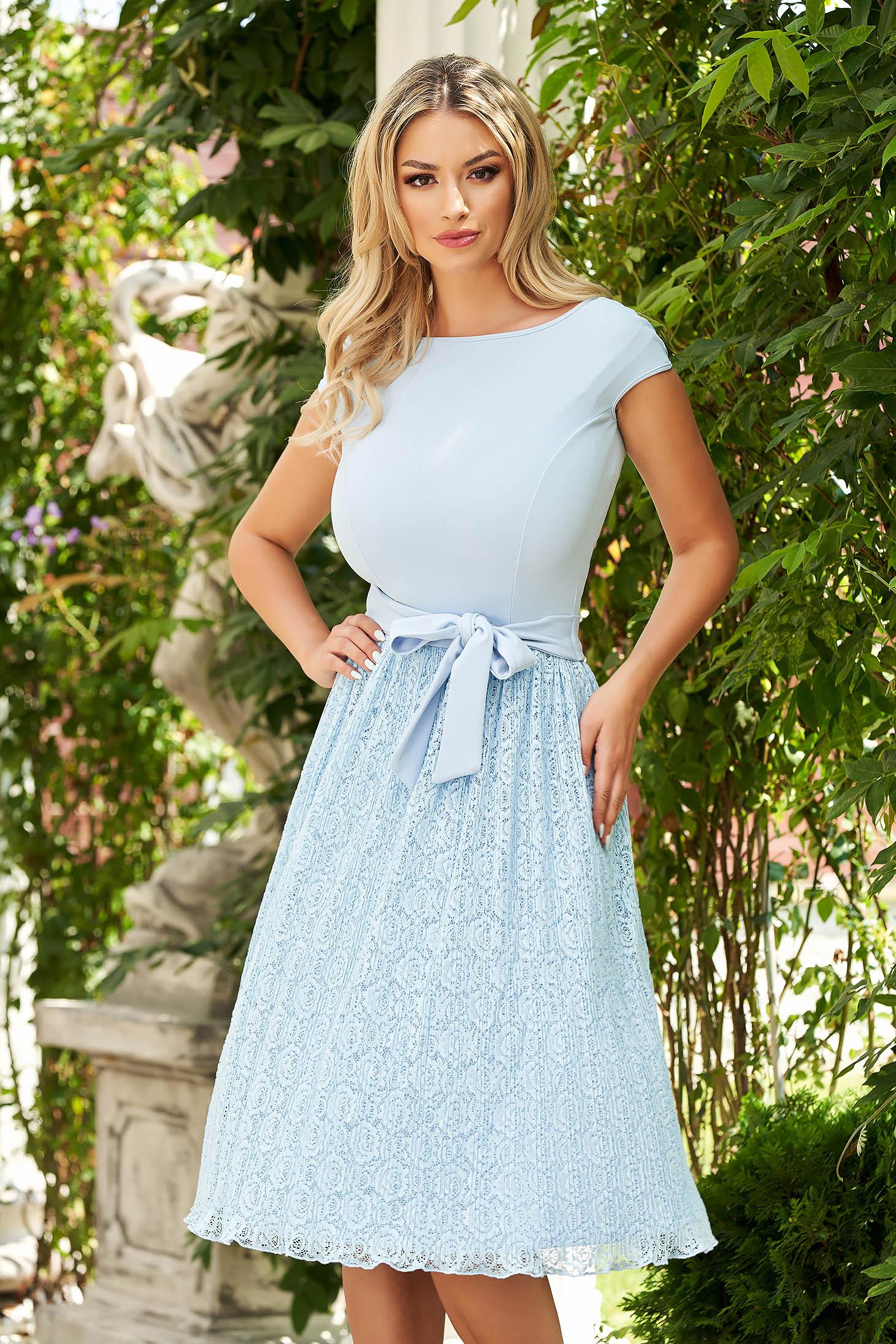 Rochie StarShinerS albastra-deschis eleganta in clos din dantela accesorizata cu cordon