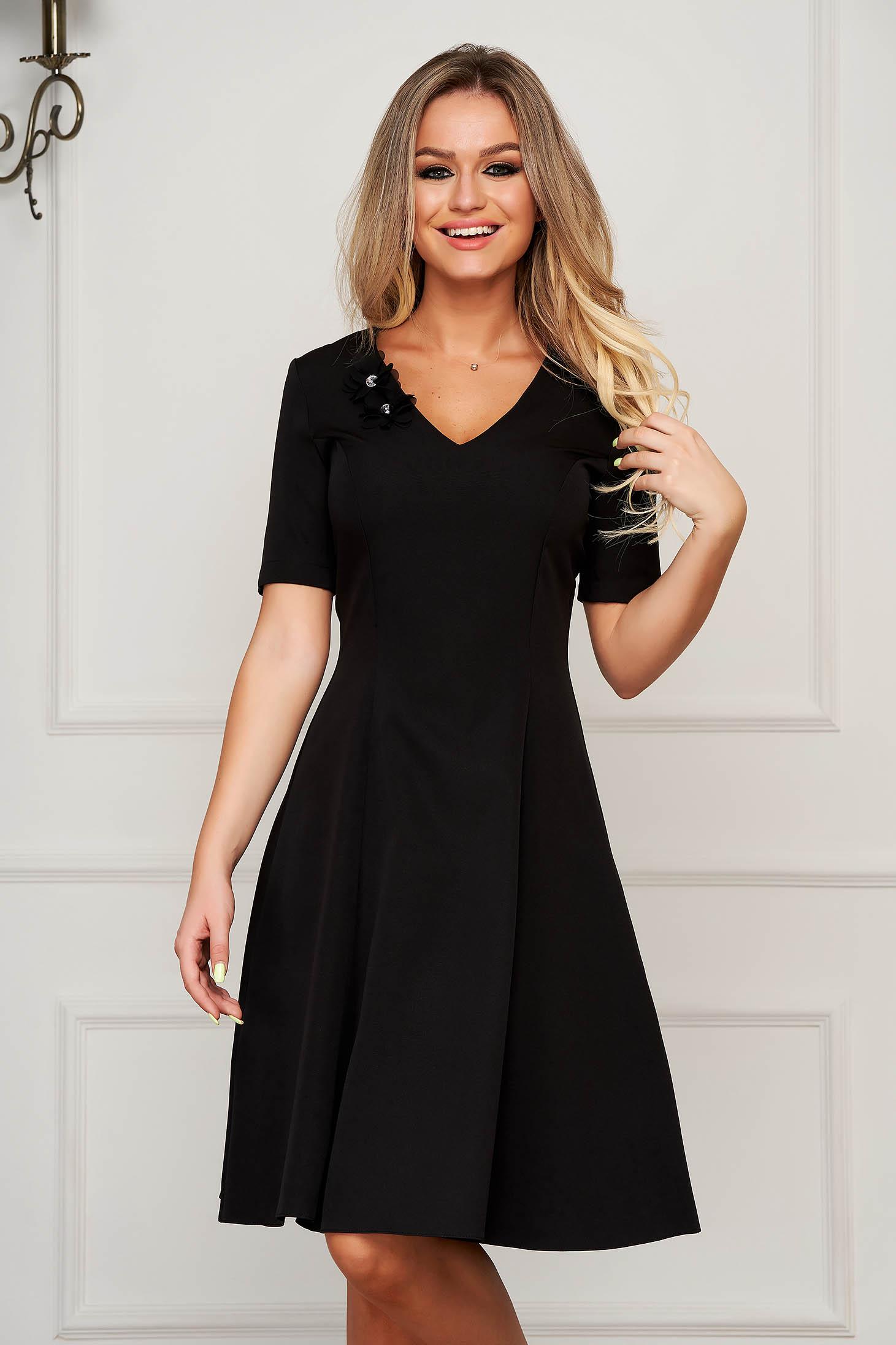 Rochie StarShinerS neagra eleganta midi in clos cu decolteu in v din stofa usor elastica cu aplicatii florale