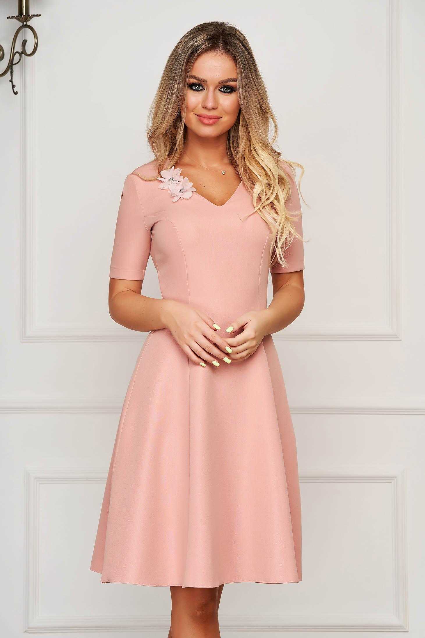 Púder rózsaszínű StarShinerS elegáns midi harang ruha v-dekoltázzsal enyhén rugalmas szövetből virágos díszekkel