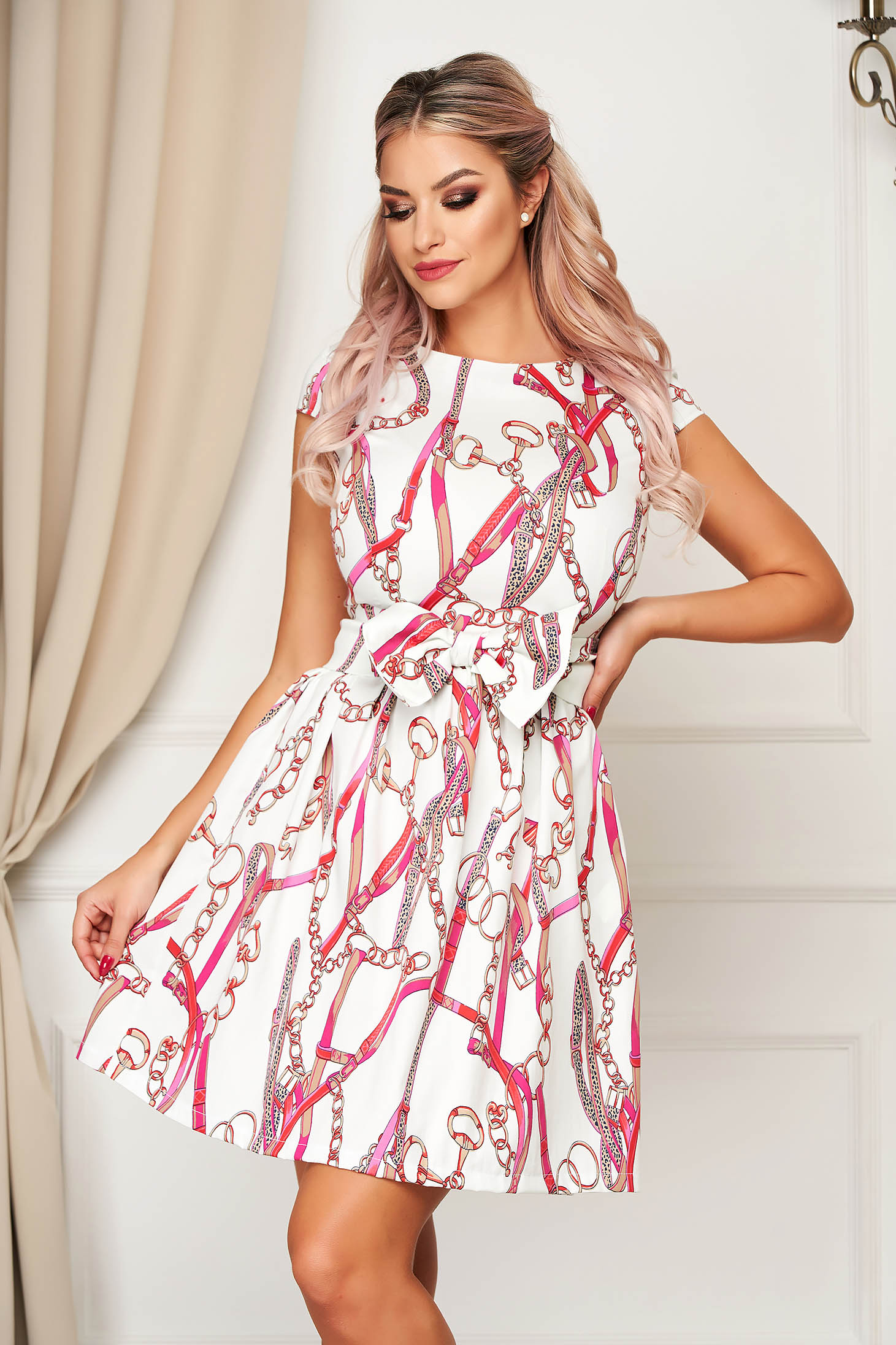 Rochie alba eleganta in clos din bumbac usor elastic accesorizata cu cordon