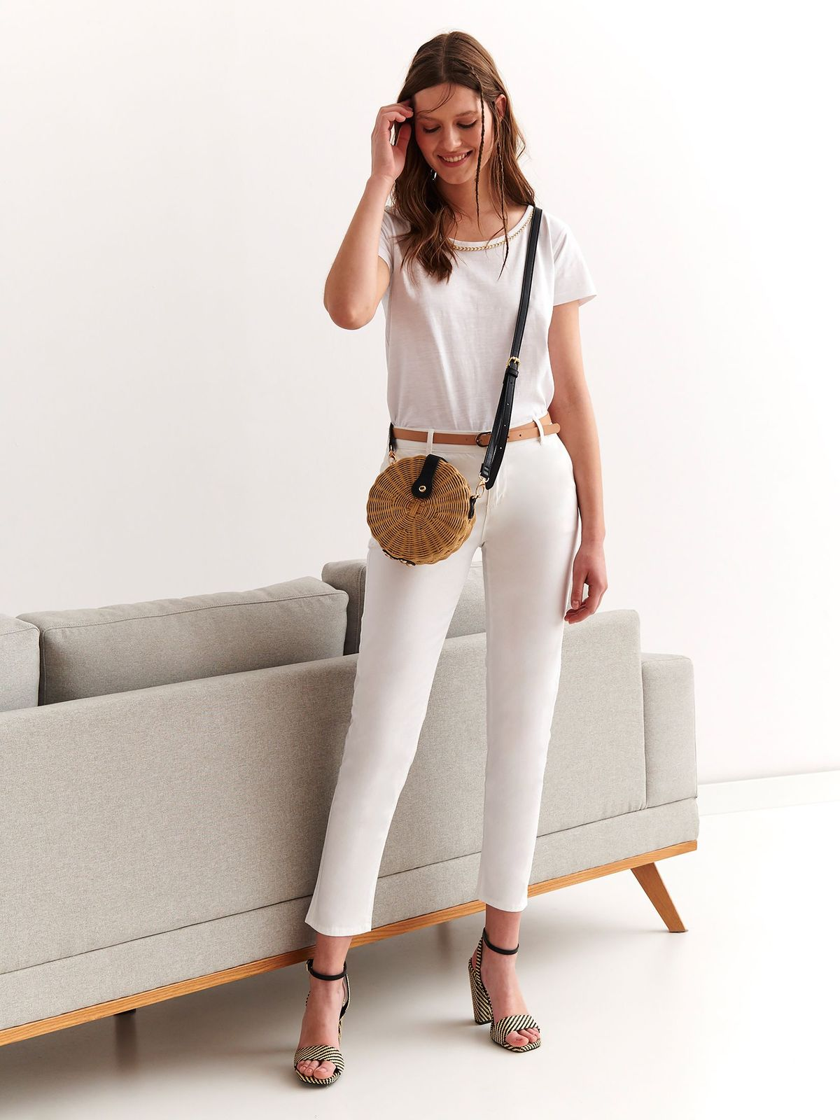 Pantaloni Top Secret albi casual cu talie medie din bumbac usor elastic cu un croi mulat cu accesoriu tip curea