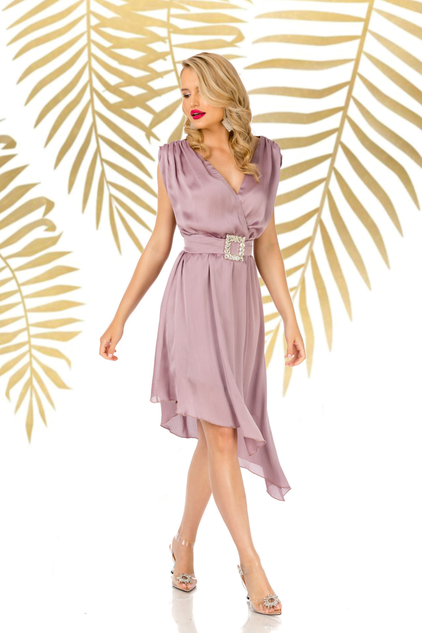 Púder rózsaszínű elegáns aszimetrikus harang ruha v-dekoltázzsal övvel ellátva