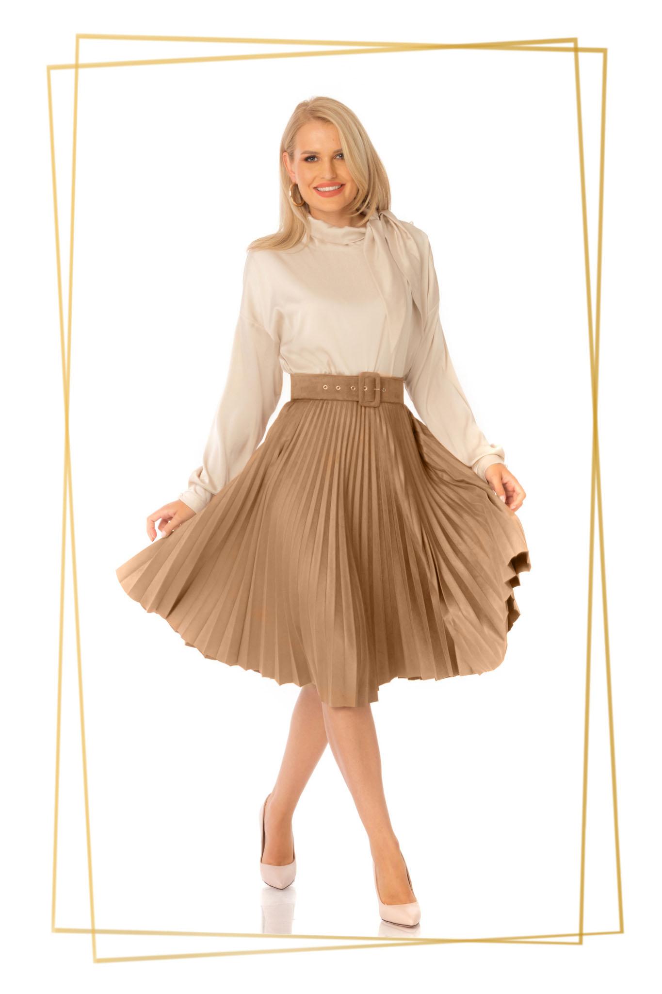 Fusta PrettyGirl cappuccino eleganta plisata in clos cu talie inalta cu accesoriu tip curea