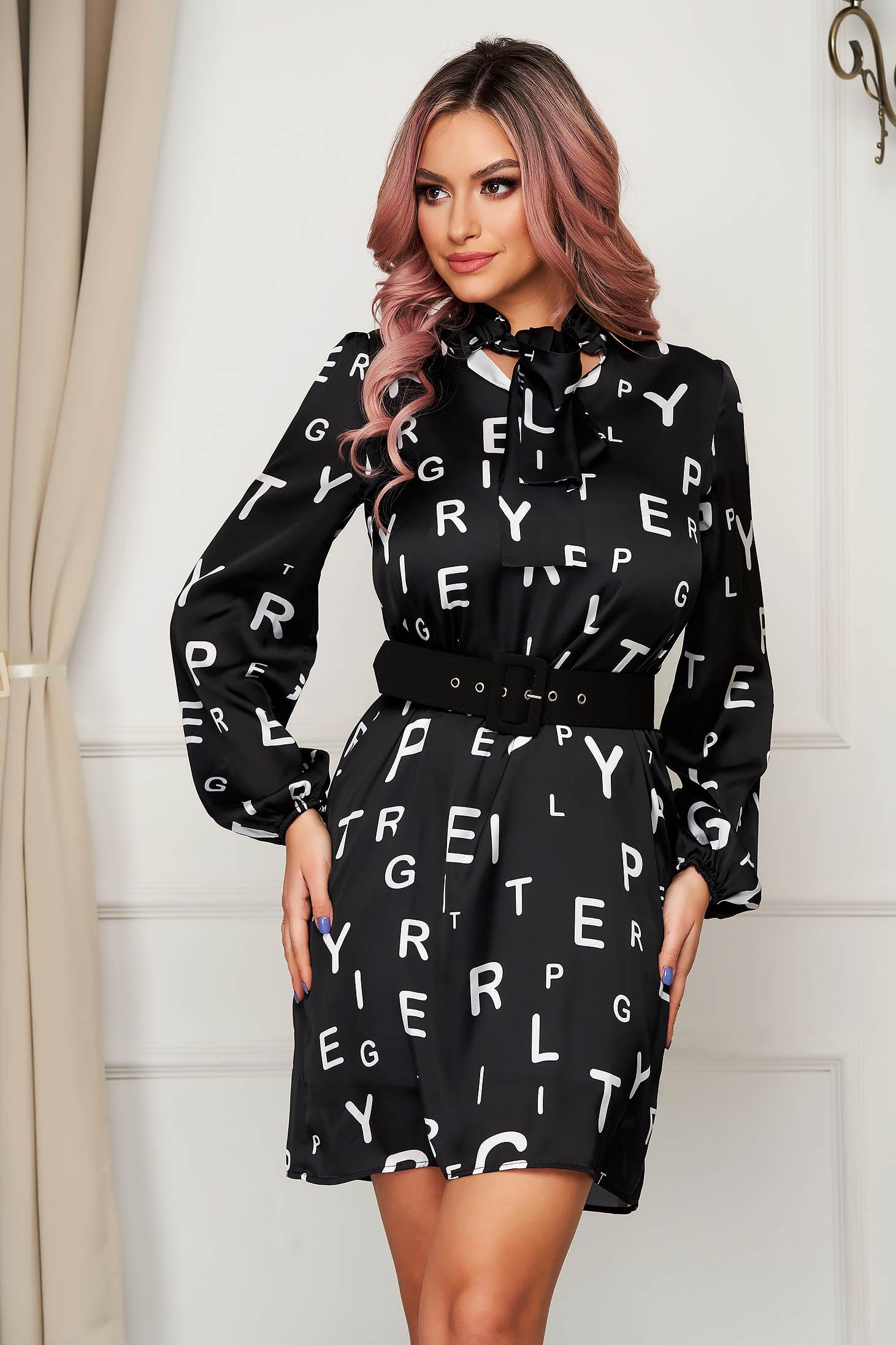 Rochie PrettyGirl neagra de zi scurta cu un croi drept din material subtire cu imprimeuri grafice cu accesoriu tip curea