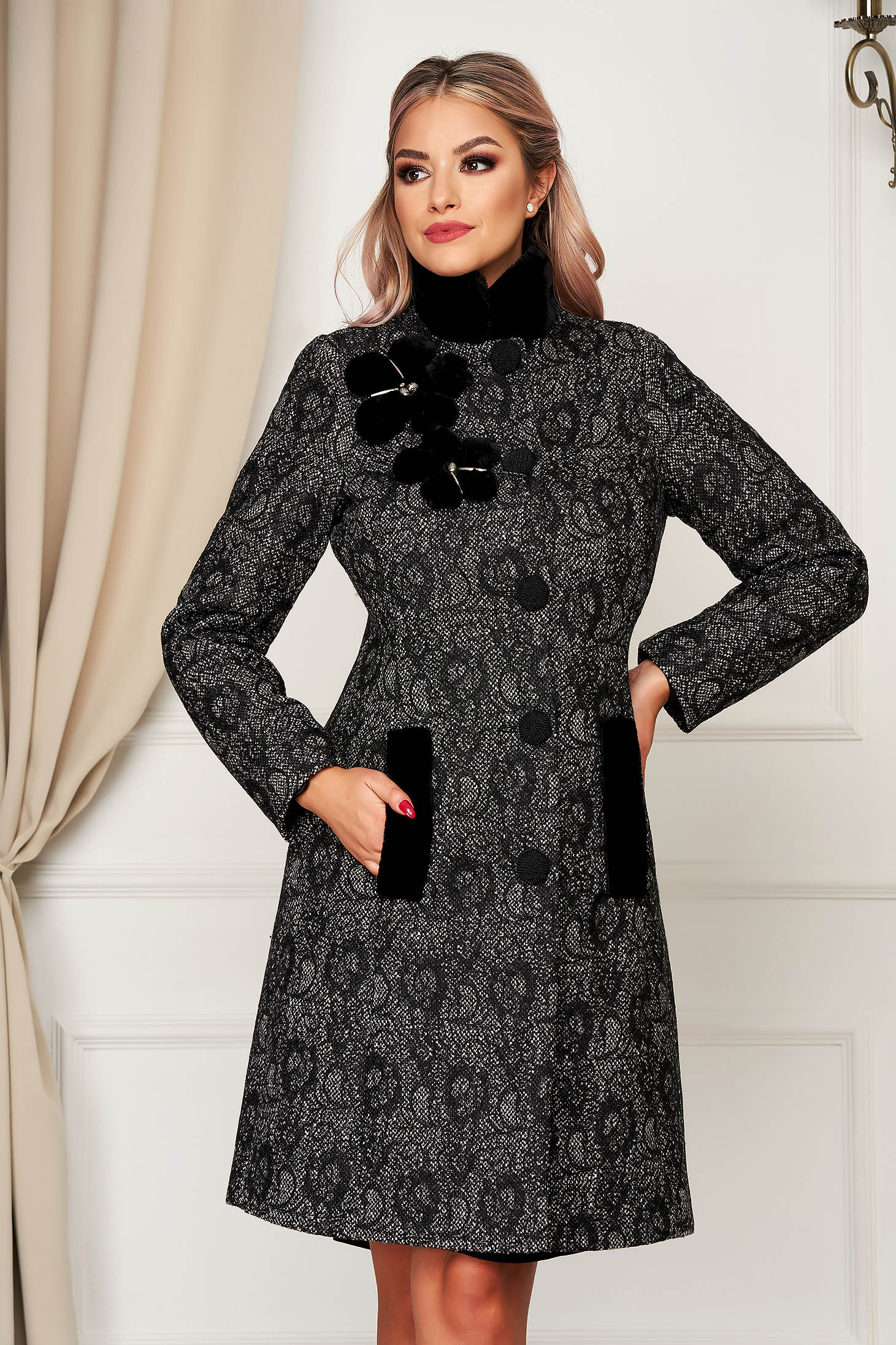Palton LaDonna negru elegant cambrat din material gros cu guler din blana
