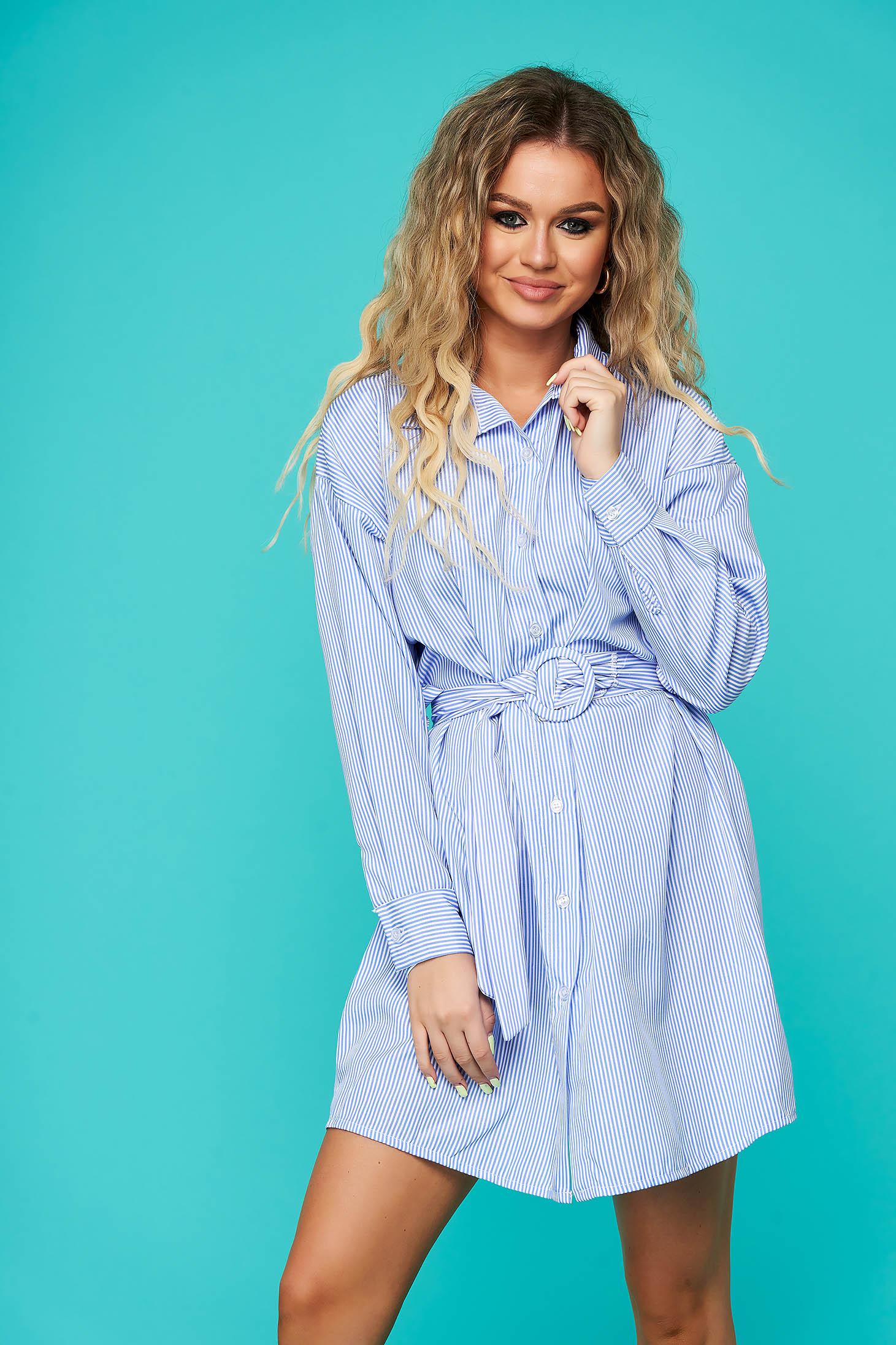 Kék hétköznapi rövid bő szabású ruha hosszú ujjakkal vékony anyagból övvel ellátva