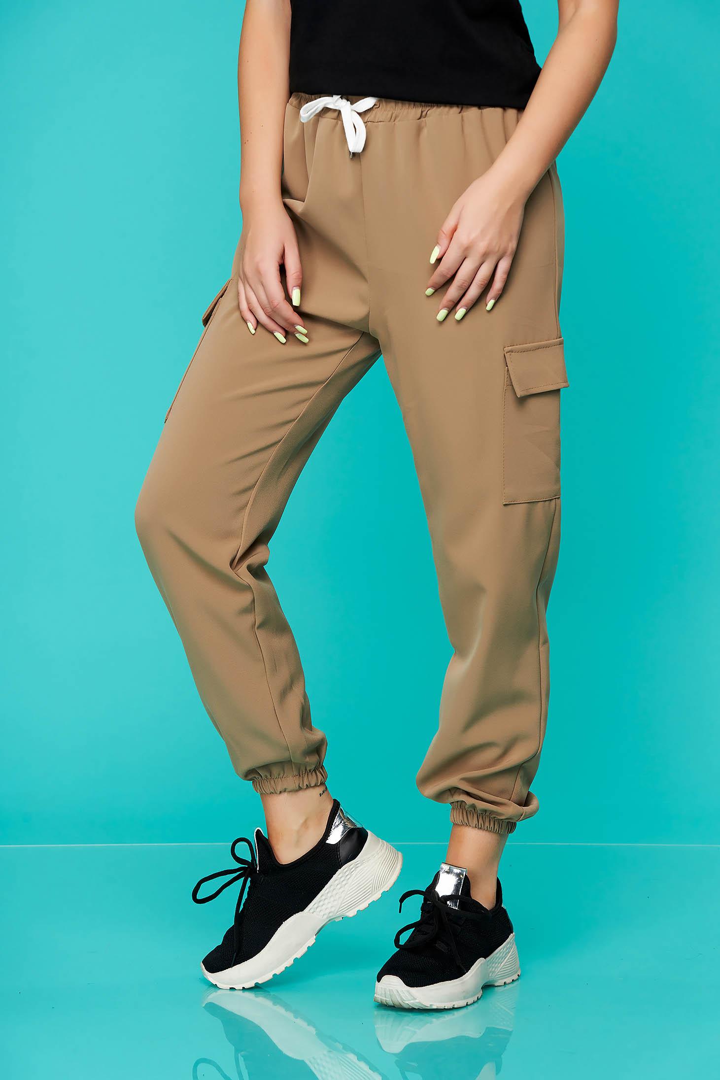 Pantaloni SunShine cappuccino casual cu talie medie cu elastic in talie accesorizati cu snur din material subtire