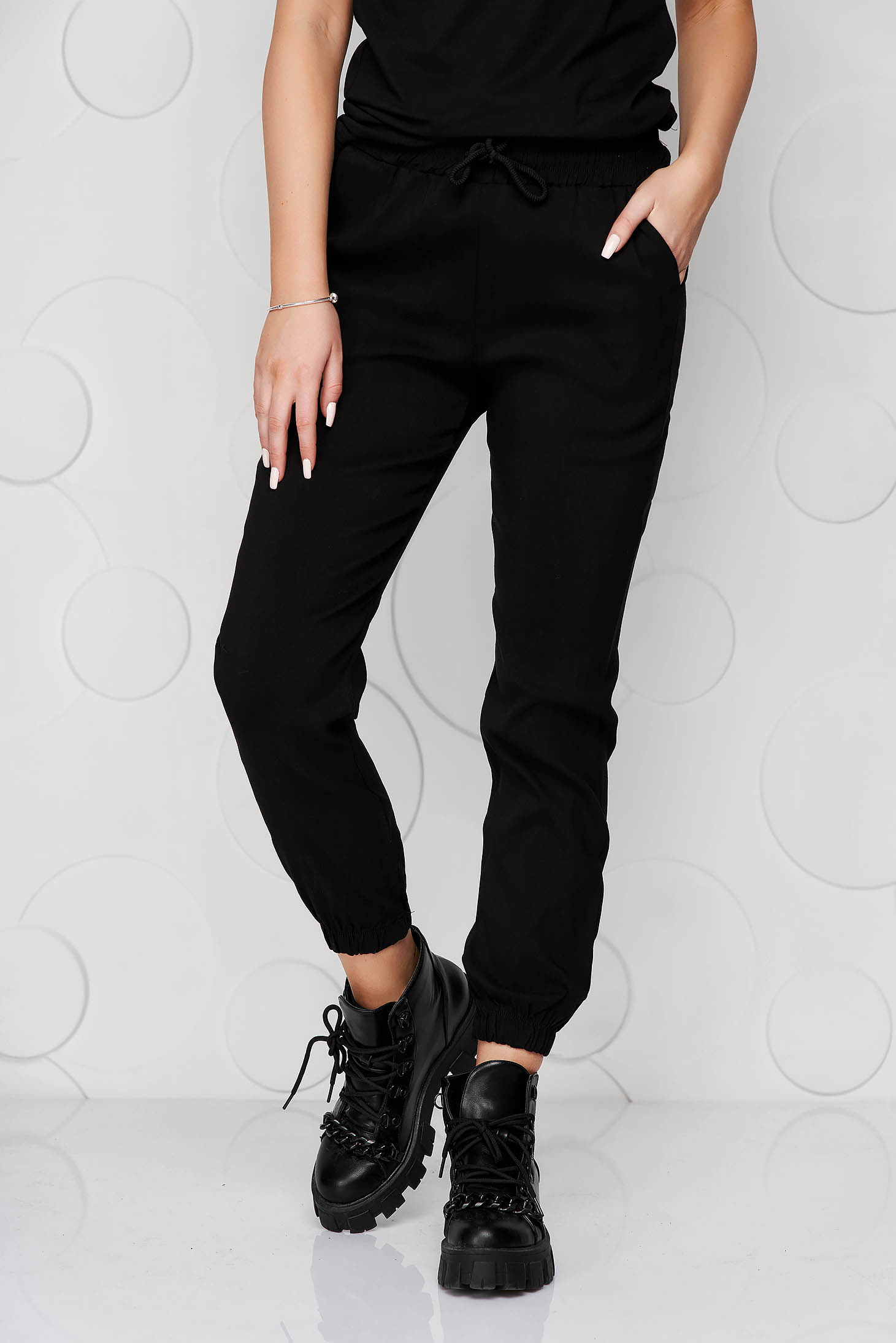Black trousers with pockets with medium waist thin fabric