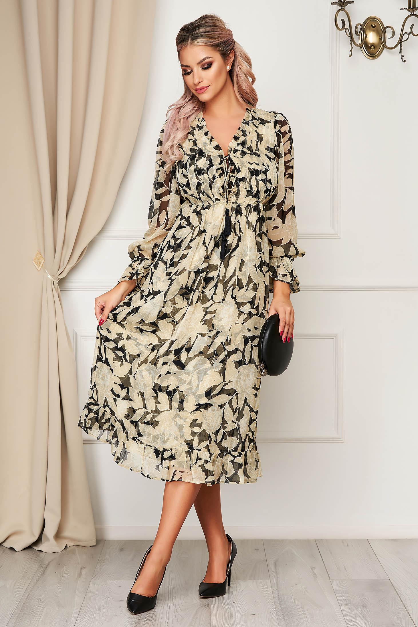 Krémszínű elegáns deréktól bővülő szabású ruha v-dekoltázzsal virágmintás díszítéssel muszlinból