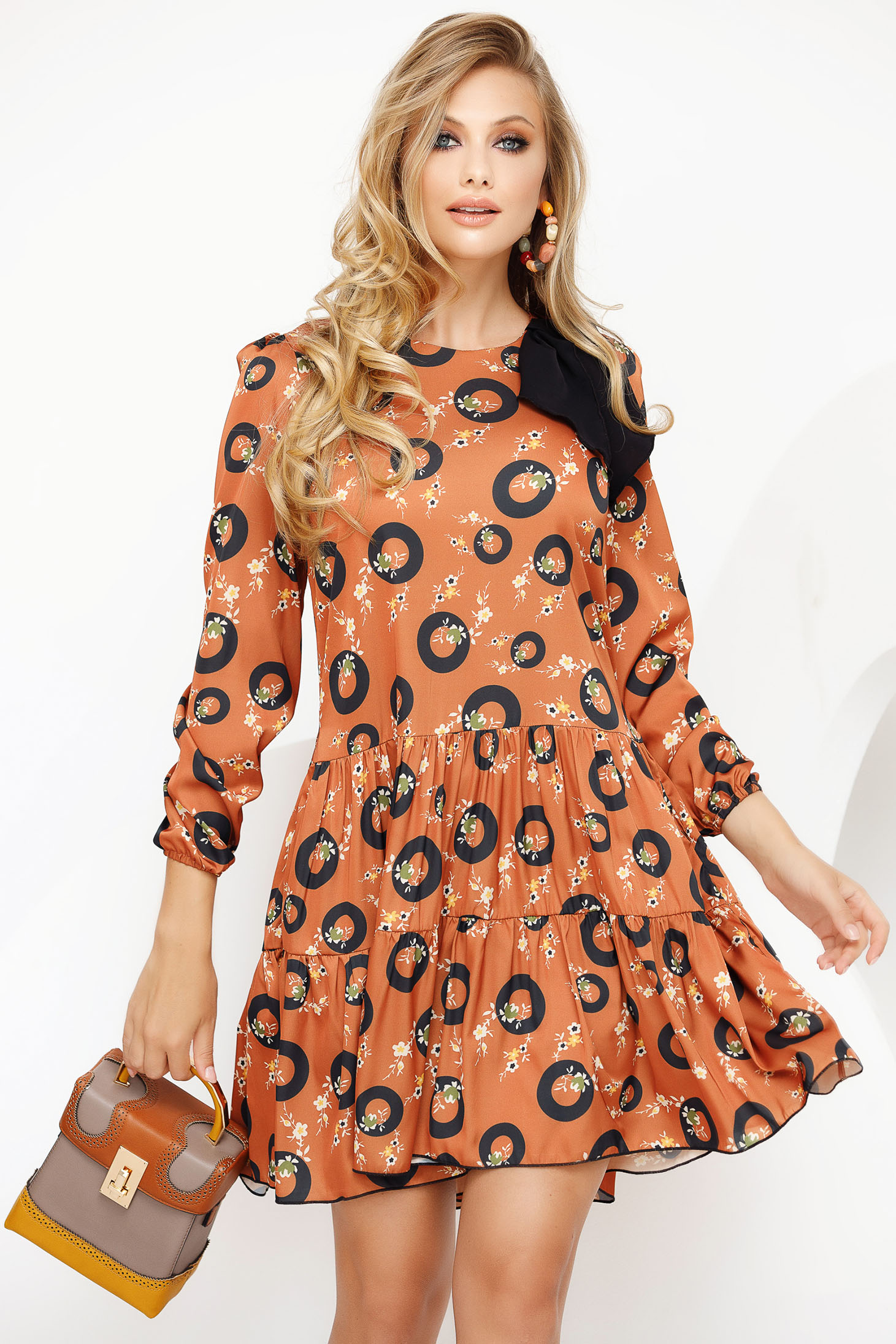 Rochie Fofy caramizie de zi scurta cu croi larg din voal cu volanase la baza rochiei