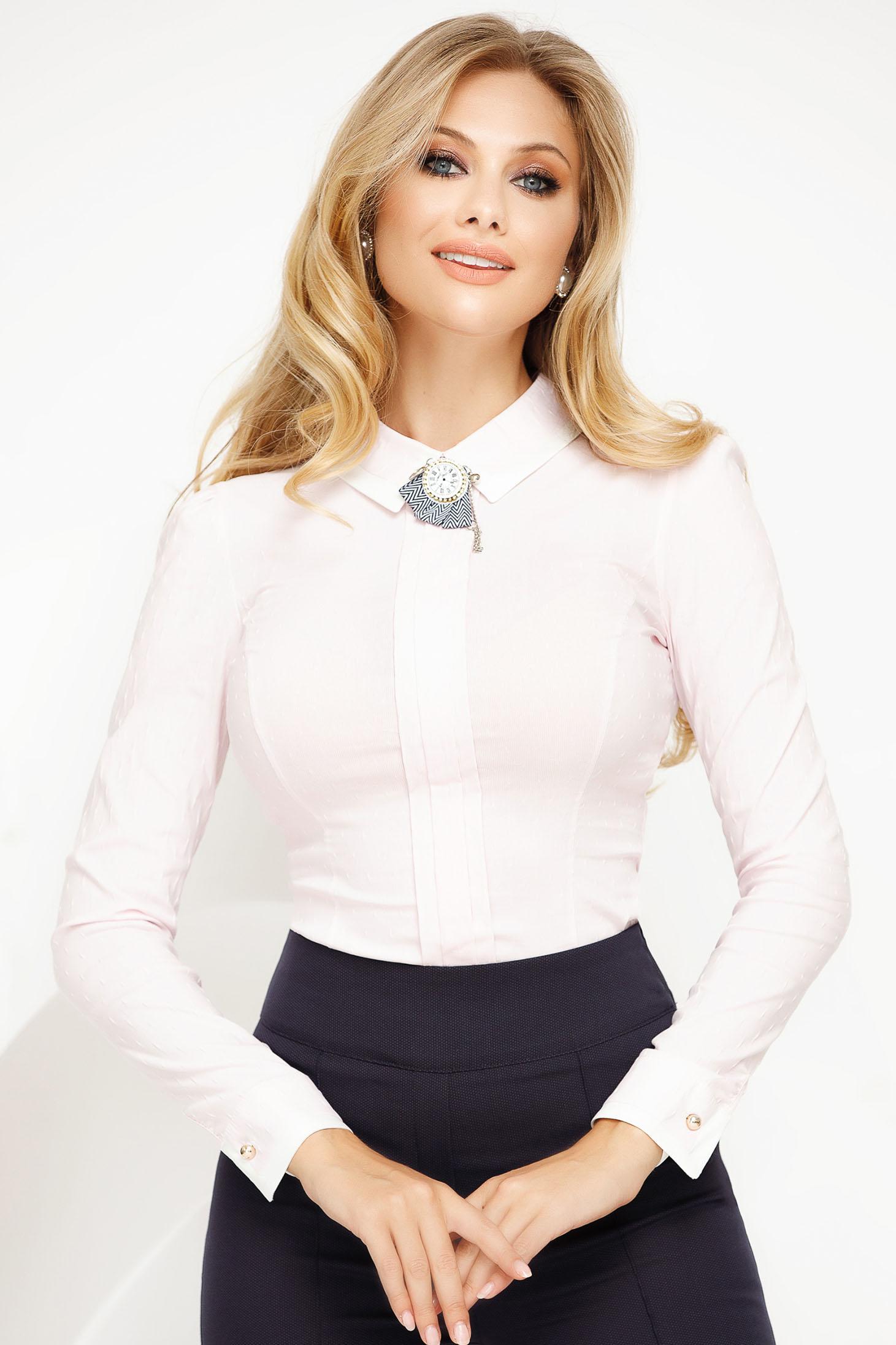 Világos rózsaszínű irodai szűk szabású body enyhén elasztikus pamut bross kiegészítővel