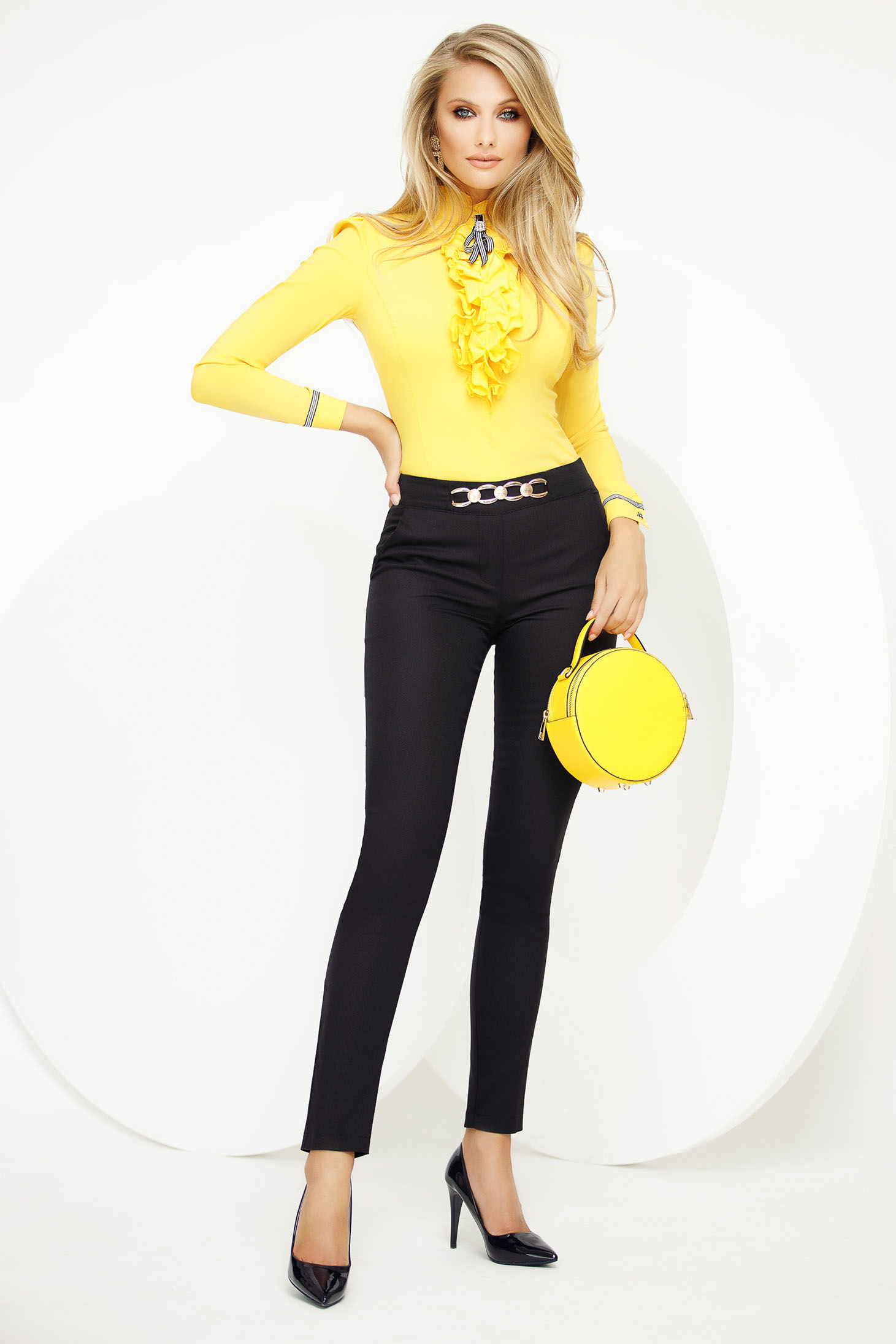 Black trousers office conical medium waist with metalic accessory slightly elastic fabric