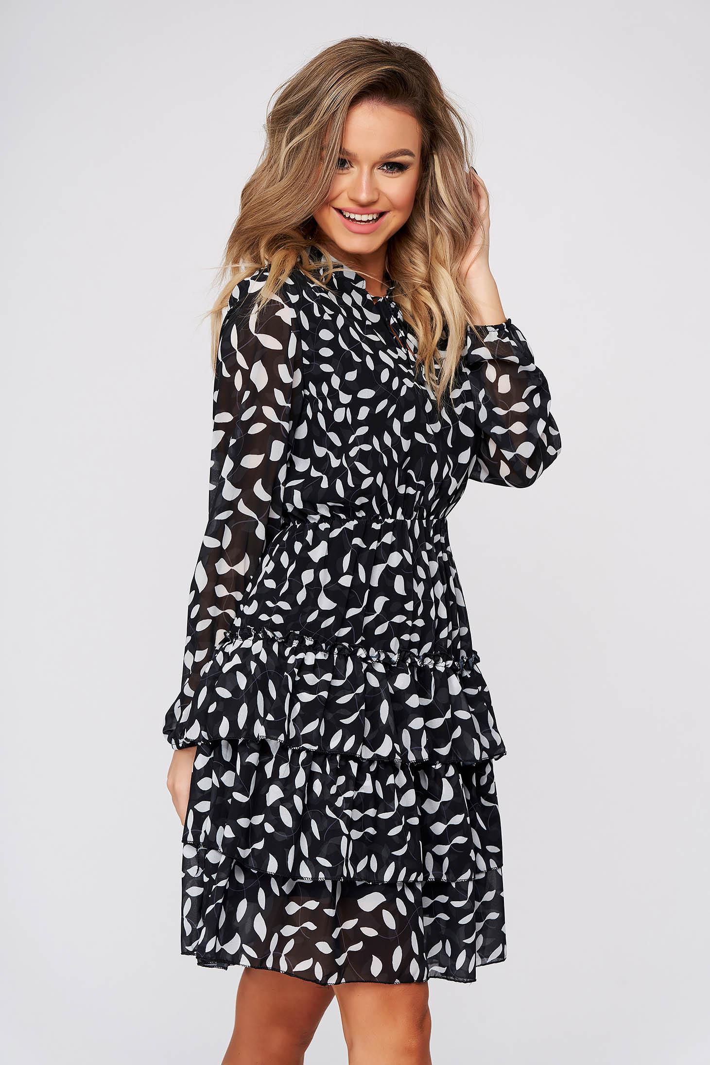 Fekete hétköznapi rövid ruha harang alakú gumirozott derékrésszel állatmintás muszlinból