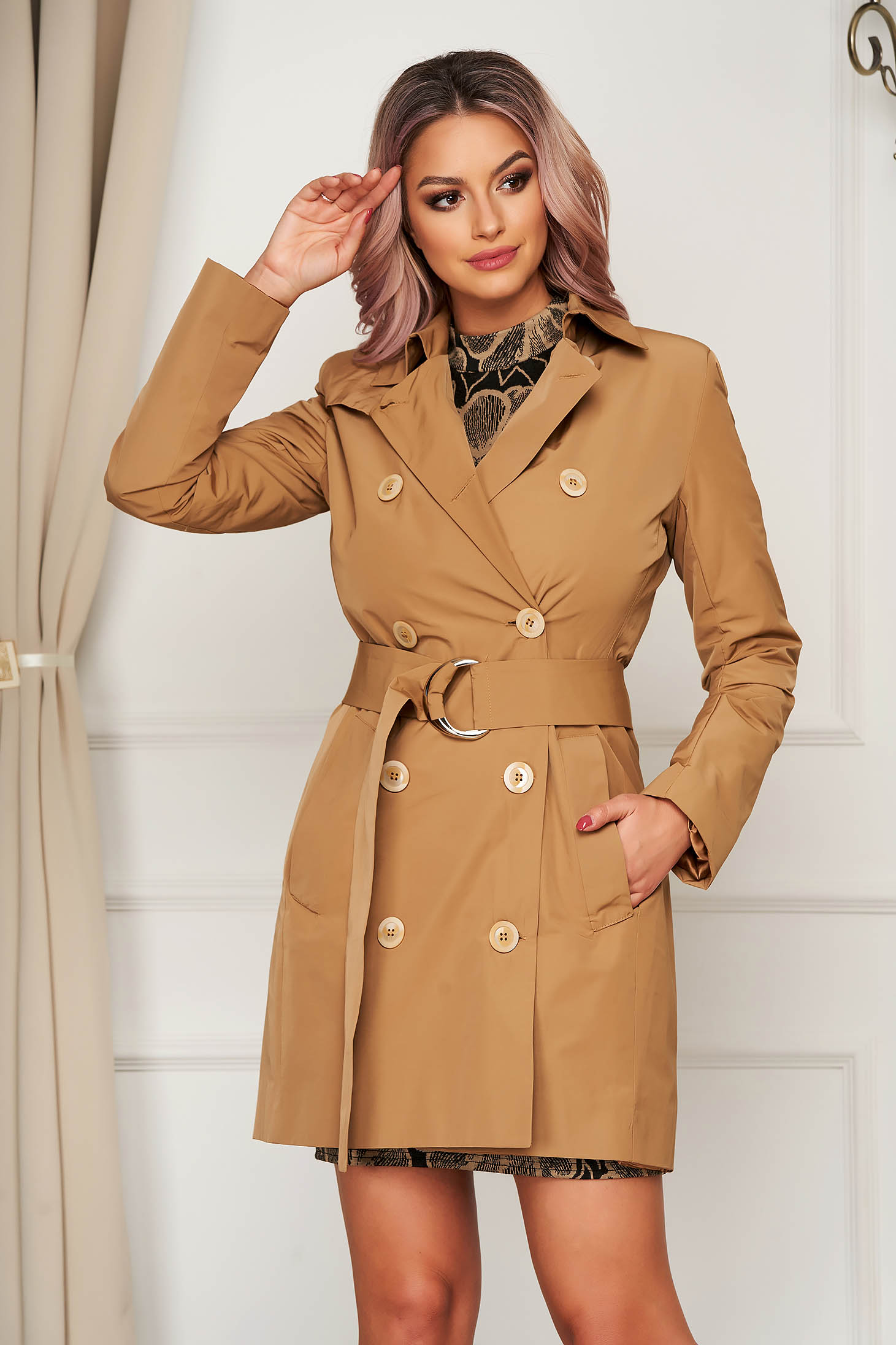 Casual cream trenchcoat arched cut accessorized with tied waistband