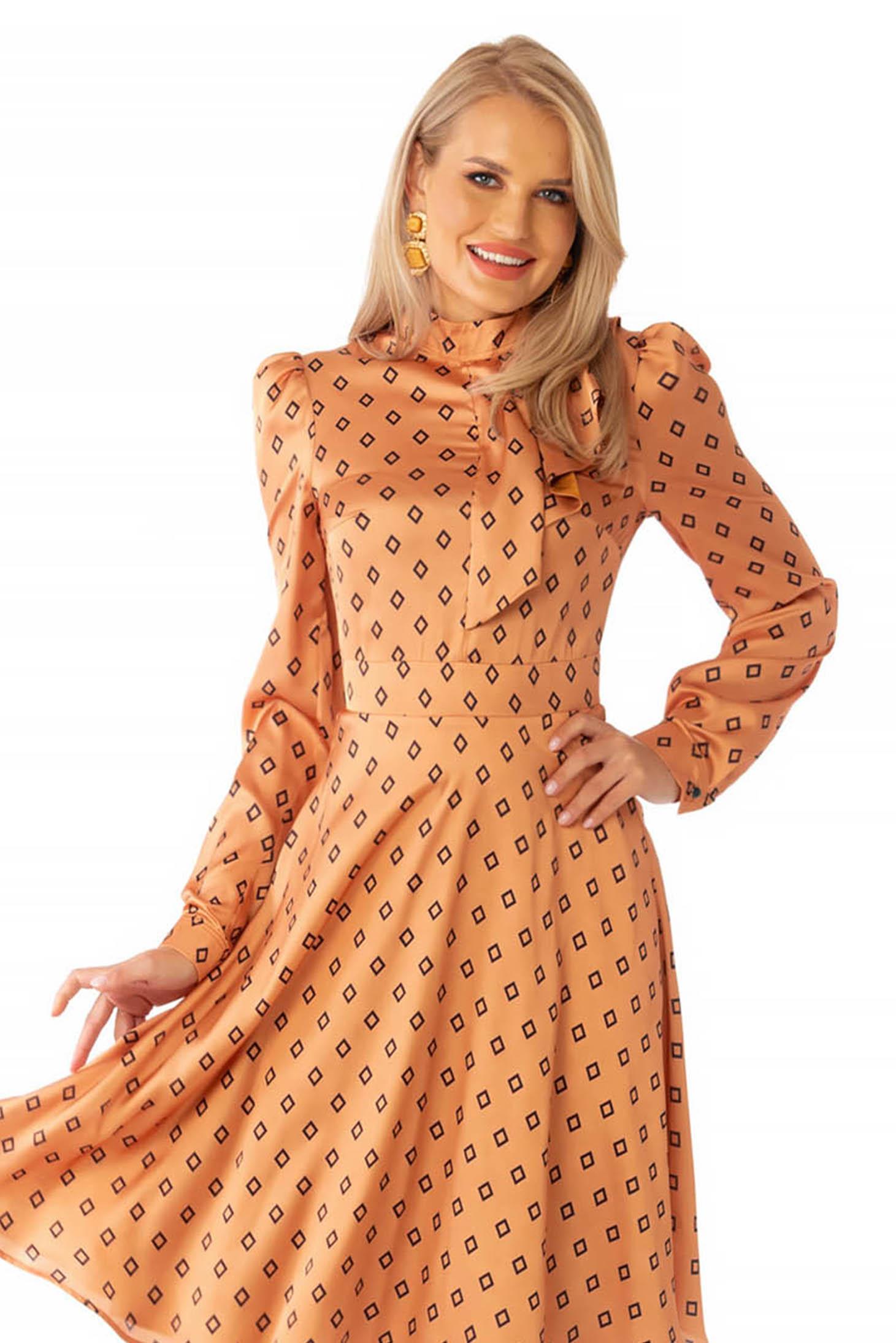 Rochie PrettyGirl caramizie eleganta in clos cu guler tip esarfa din material satinat cu imprimeu geometric