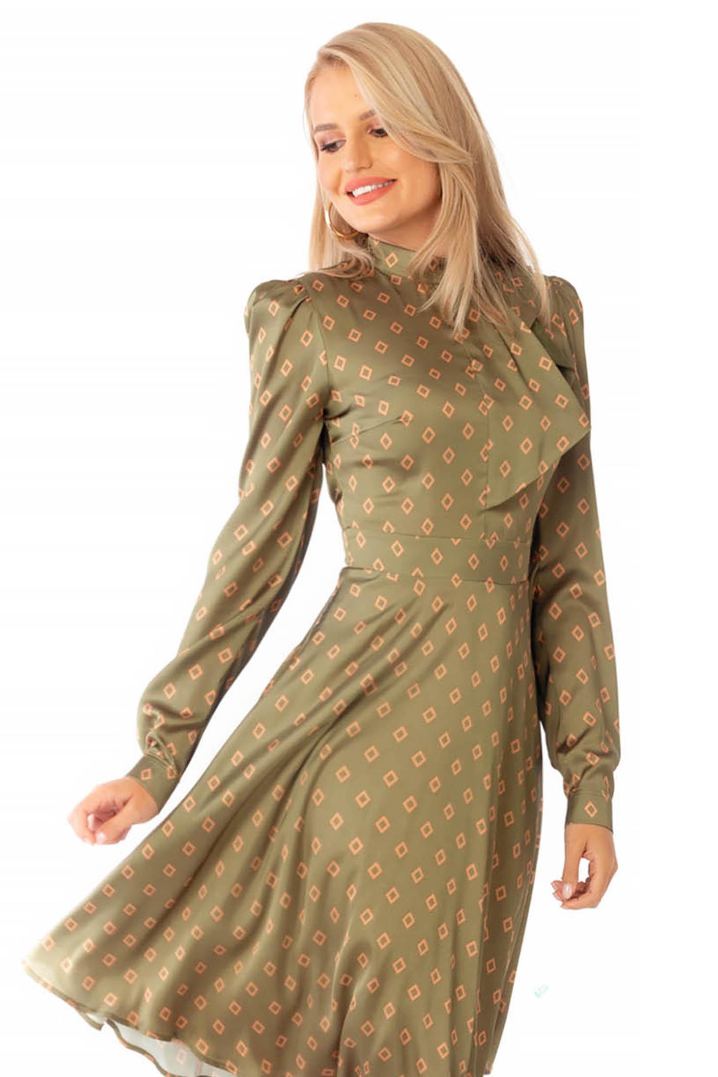 Khaki zöld elegáns harang ruha kendő jellegű gallér szatén anyagból geometrikus mintákkal