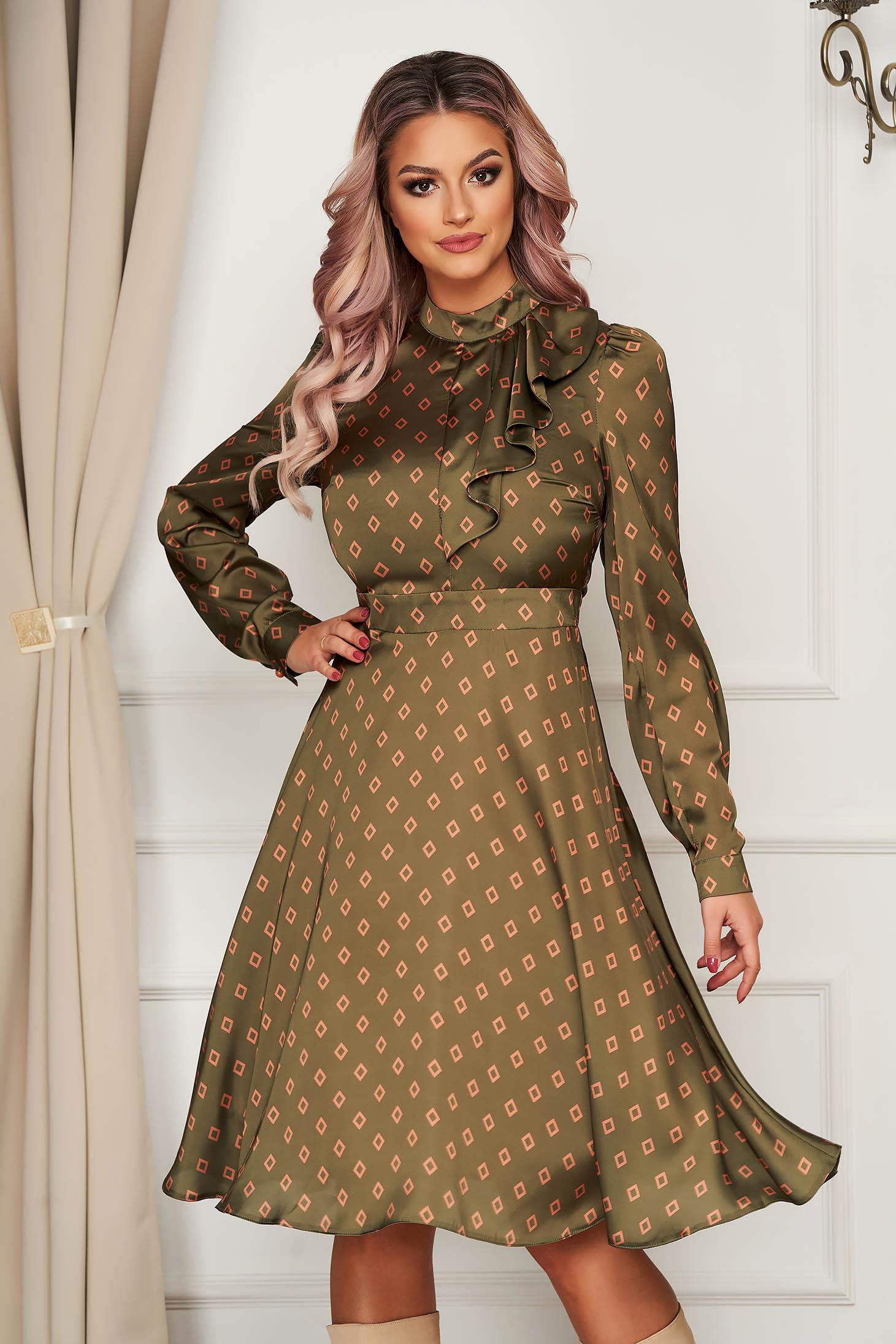 Rochie PrettyGirl eleganta in clos cu guler tip esarfa din material satinat cu imprimeu geometric