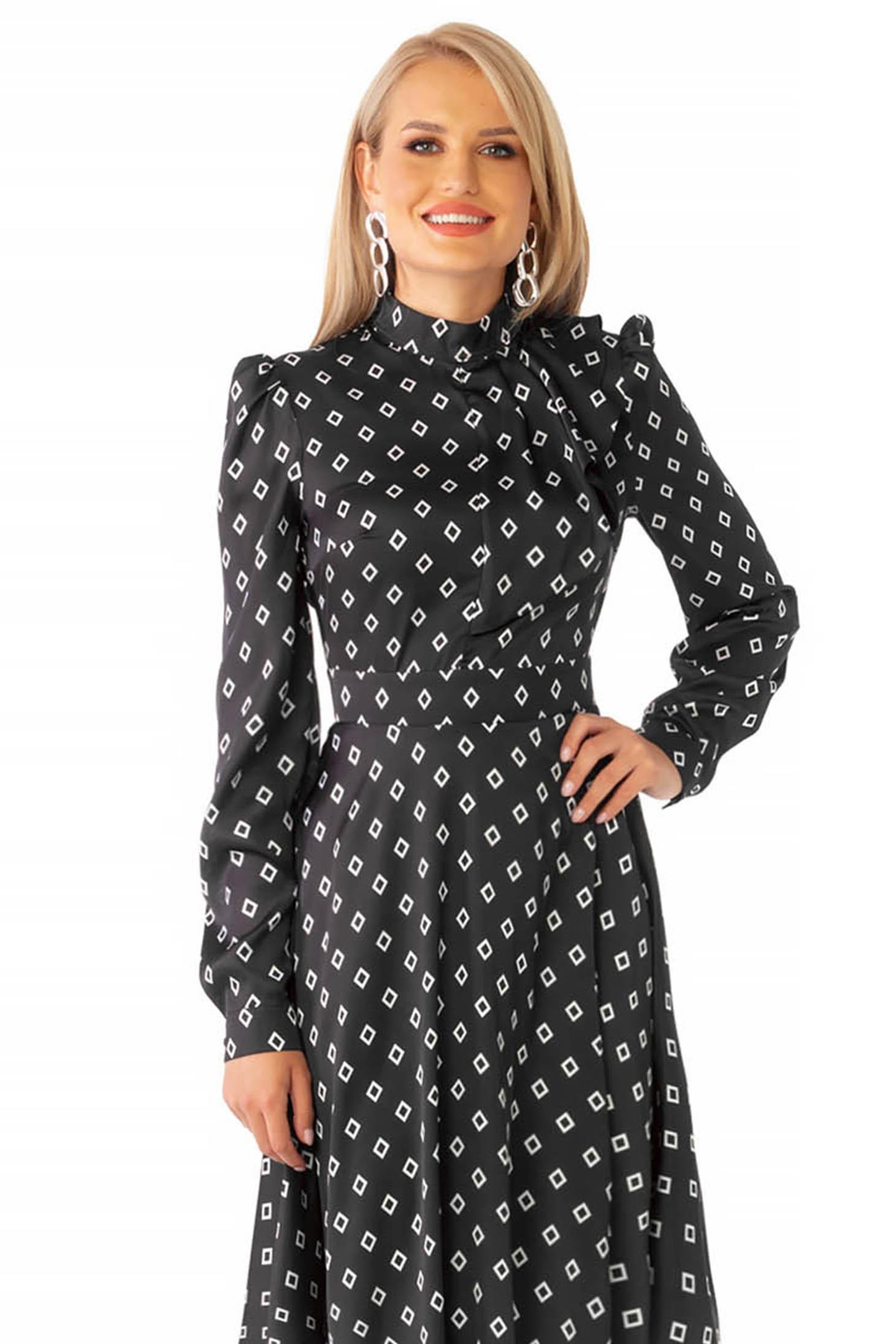 Rochie PrettyGirl neagra eleganta in clos cu guler tip esarfa din material satinat cu imprimeu geometric