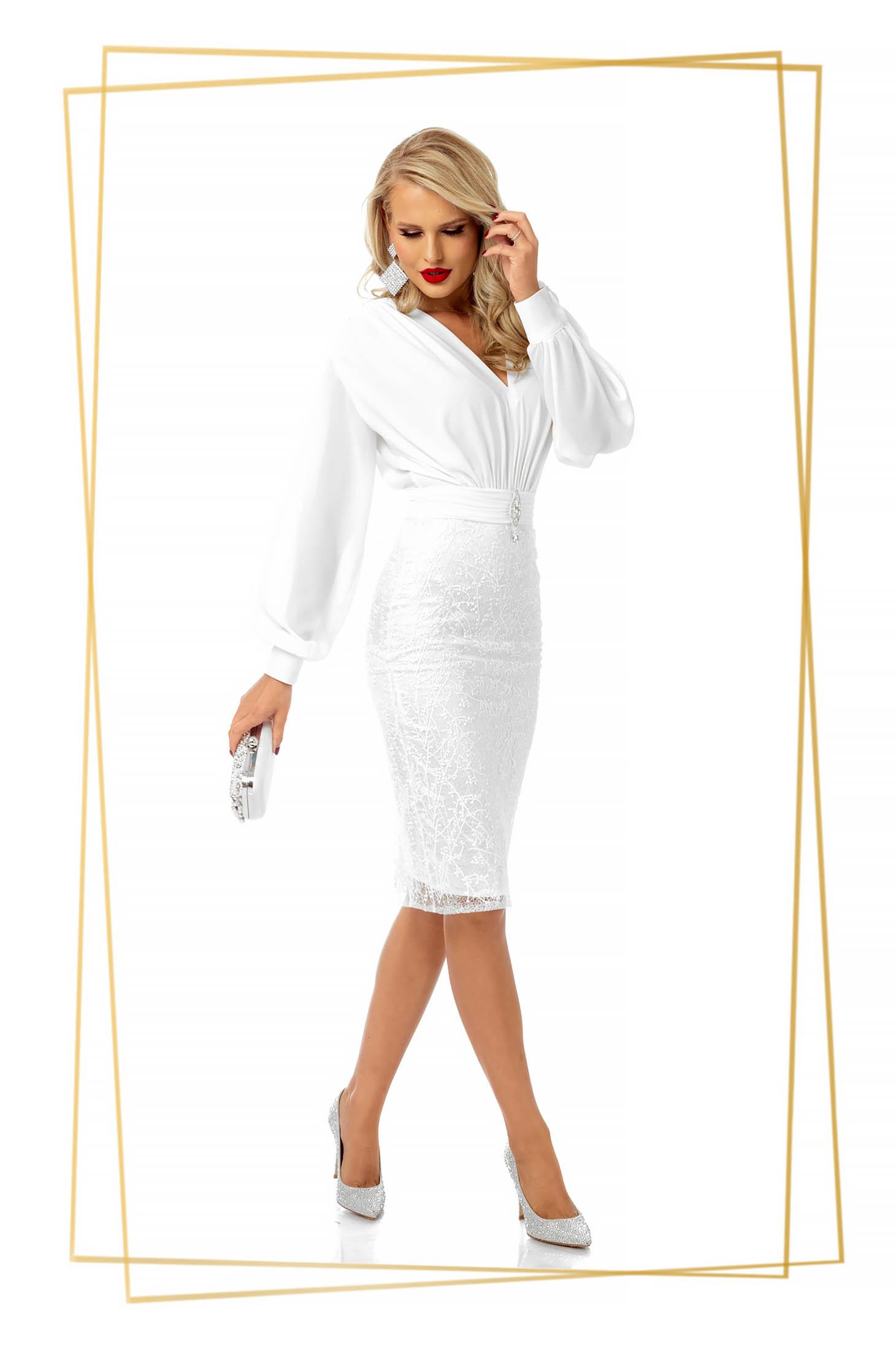 Fehér rövid alkalmi ruha muszlinból csipkés anyagból v-dekoltázzsal