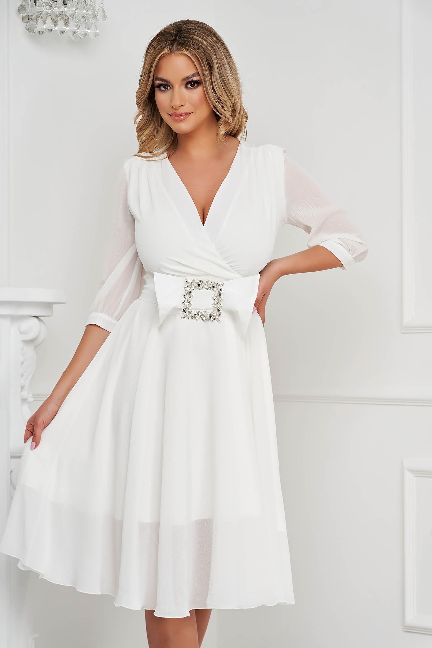 Fehér elegáns szatén midi harang ruha csatokkal van ellátva