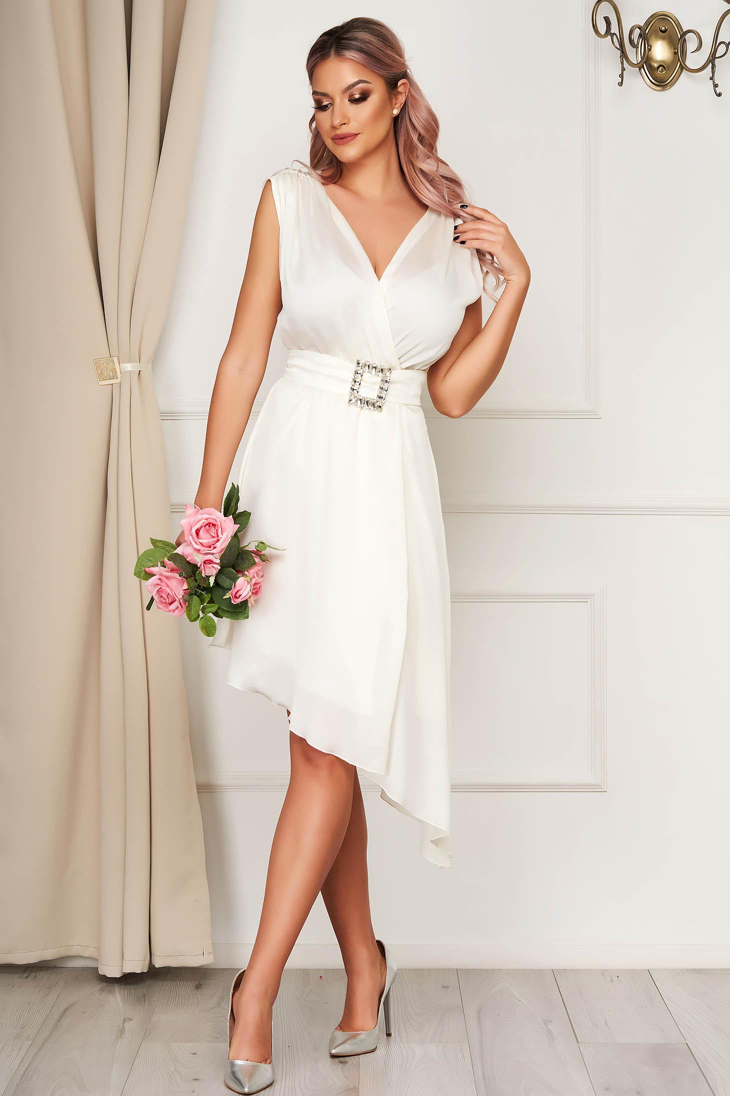 Rochie PrettyGirl alba eleganta asimetrica in clos cu decolteu in v accesorizata cu cordon