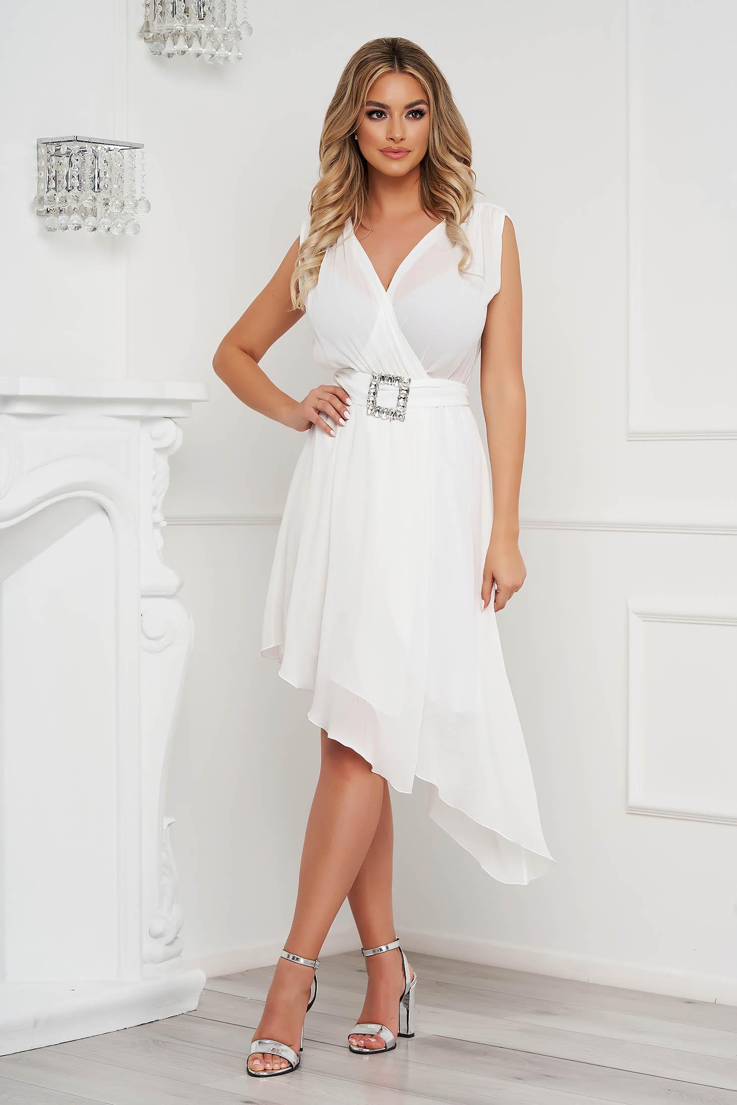 Rochie PrettyGirl alba eleganta asimetrica in clos din voal cu aspect satinat accesorizata cu cordon cu pietre strass