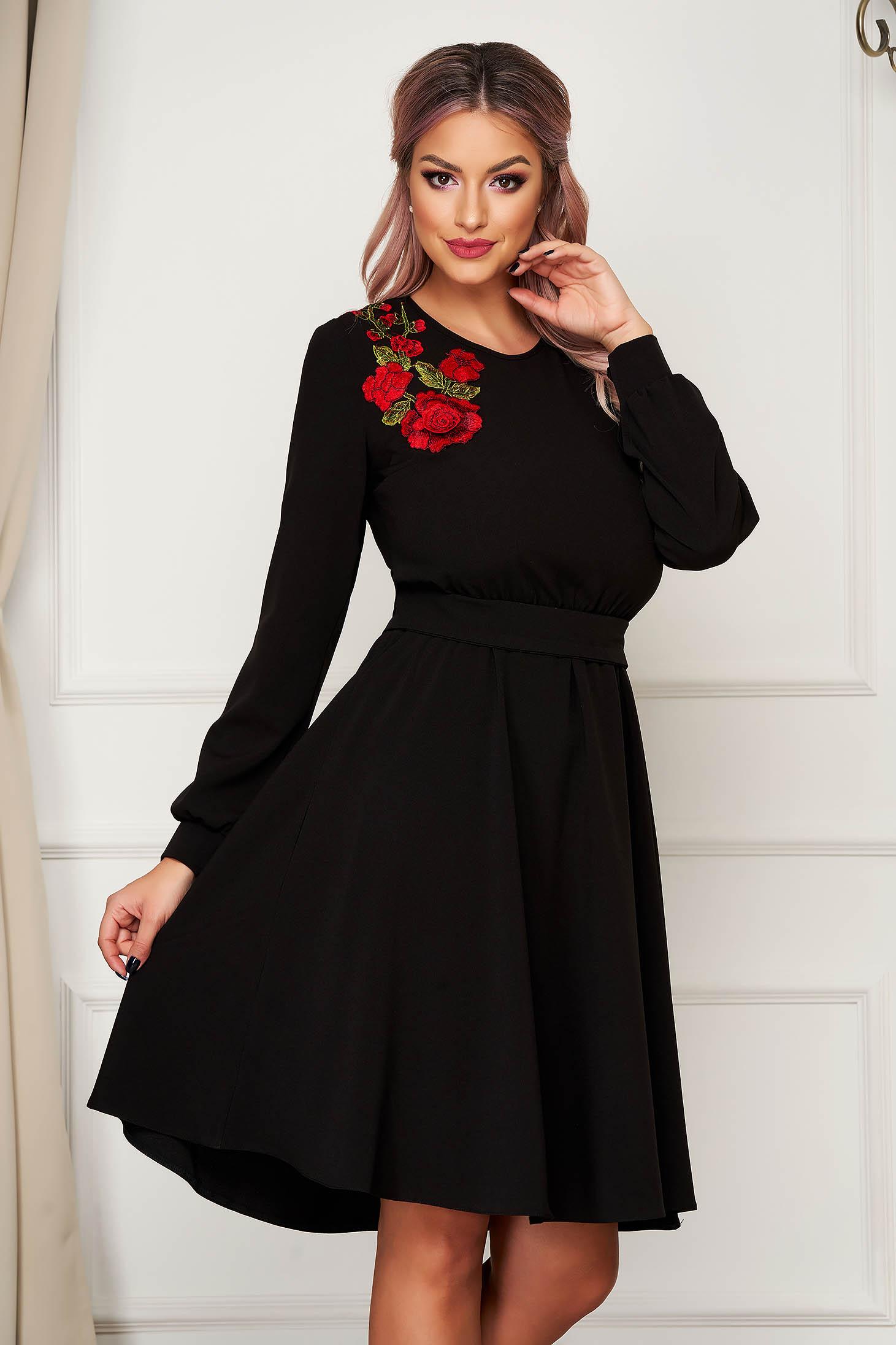 Fekete StarShinerS midi hétköznapi ruha harang alakú gumirozott derékrésszel kézileg varrott hímzéssel