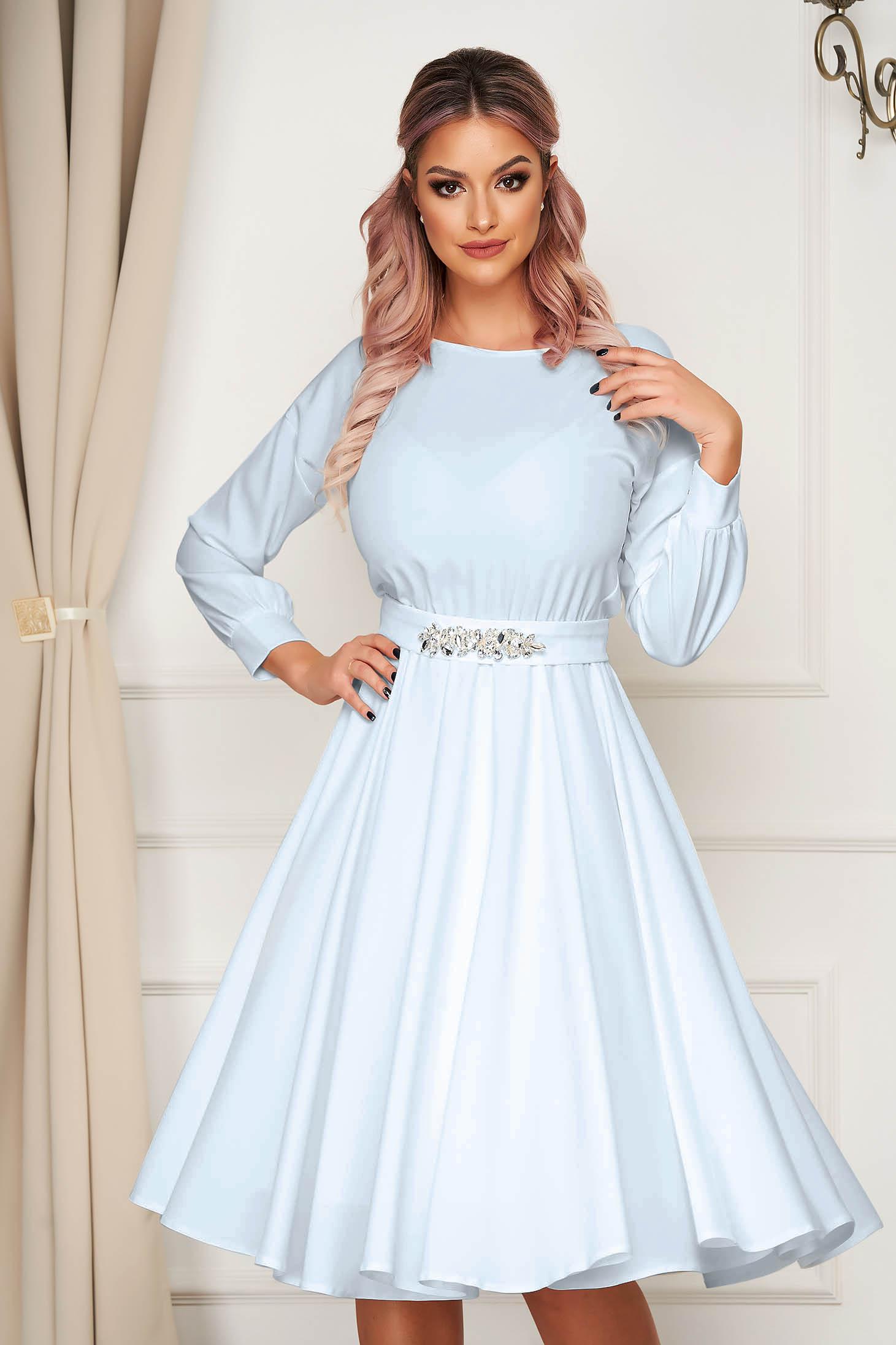 Rochie StarShinerS albastru-deschis de ocazie in clos cu elastic in talie accesorizata cu cordon si pietre stras