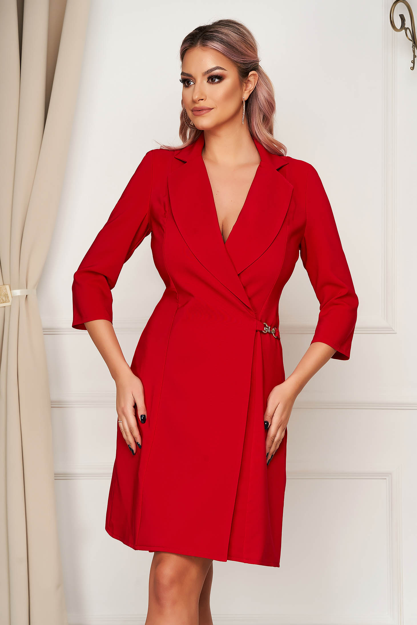 Rochie rosie cu croi in a eleganta scurta petrecuta din stofa material subtire