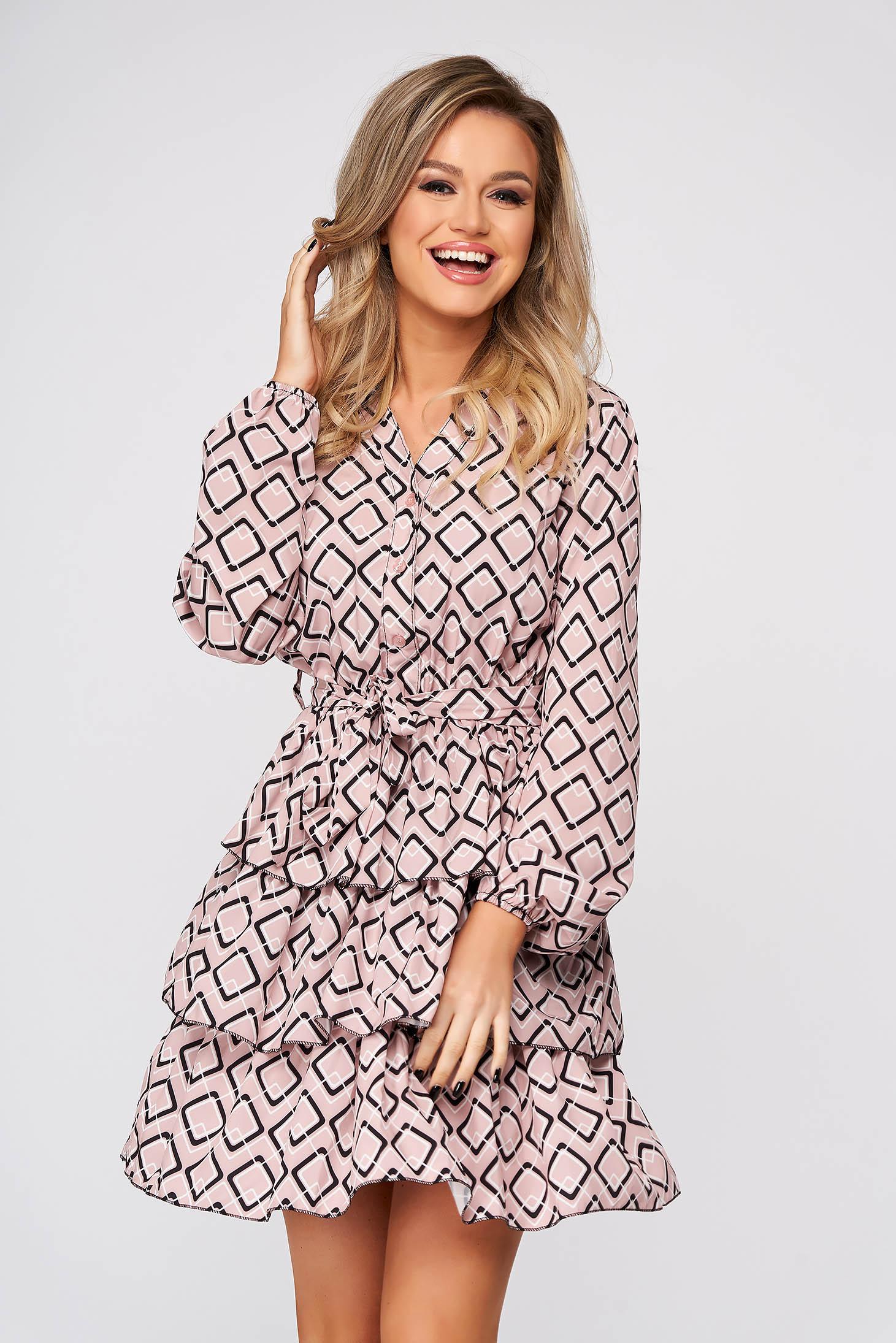 Púder rózsaszínű rövid hétköznapi ruha vékony anyagból fodrokkal a ruha alján