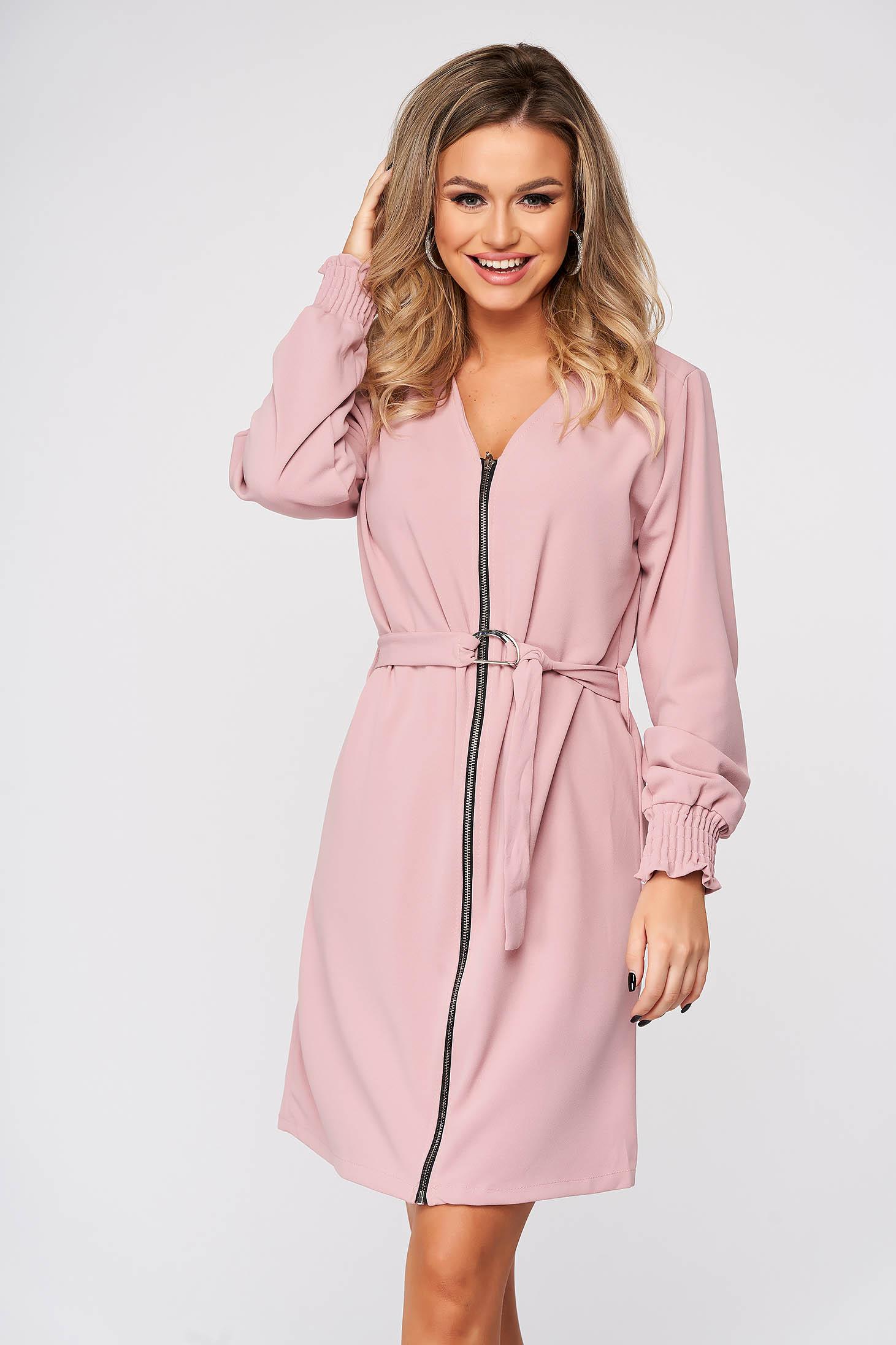 Rochie SunShine roz prafuit de zi cu un croi drept cu decolteu in v accesorizata cu cordon