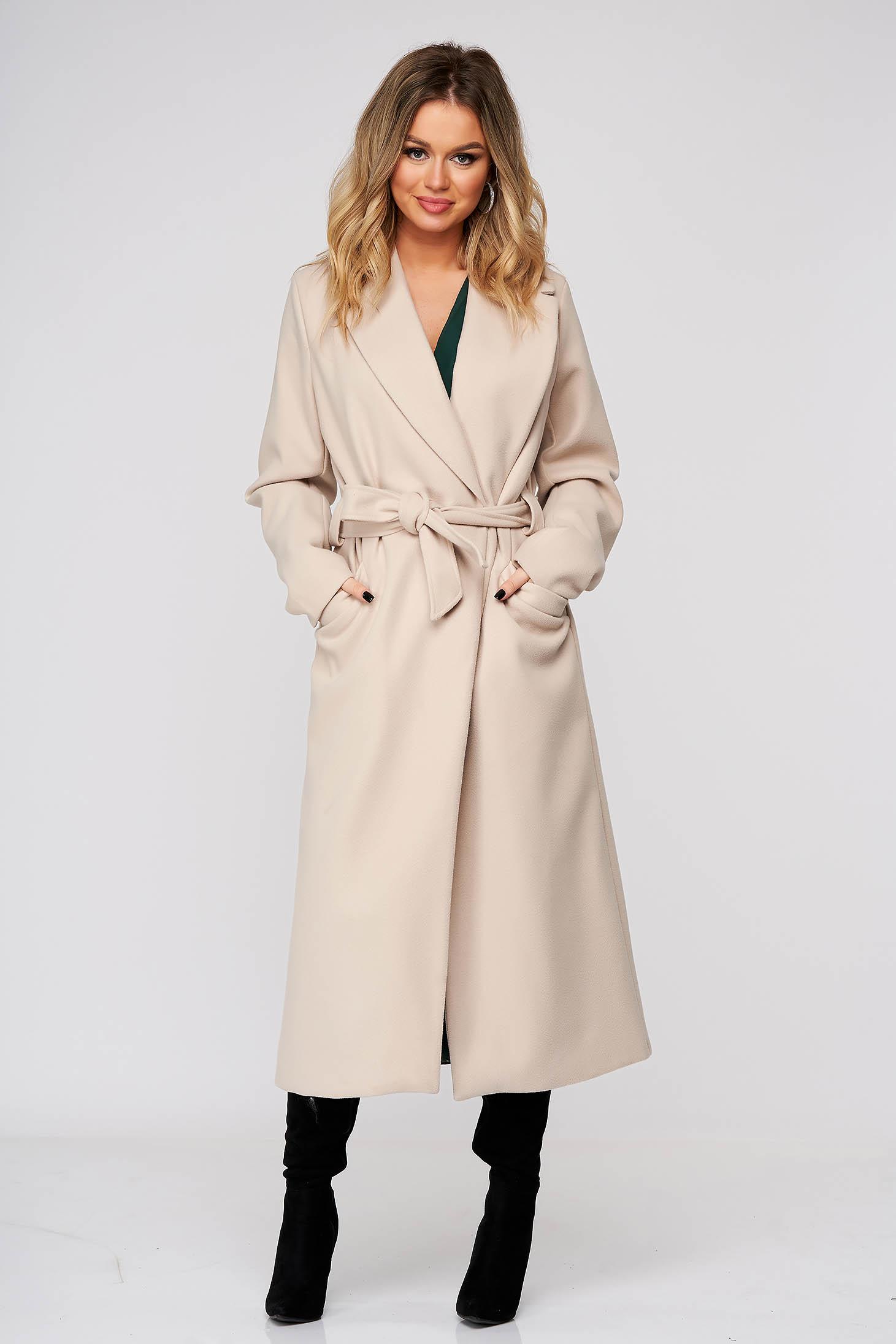 Krémszínű elegáns egyenes kabát rugalmatlan szövetből övvel ellátva