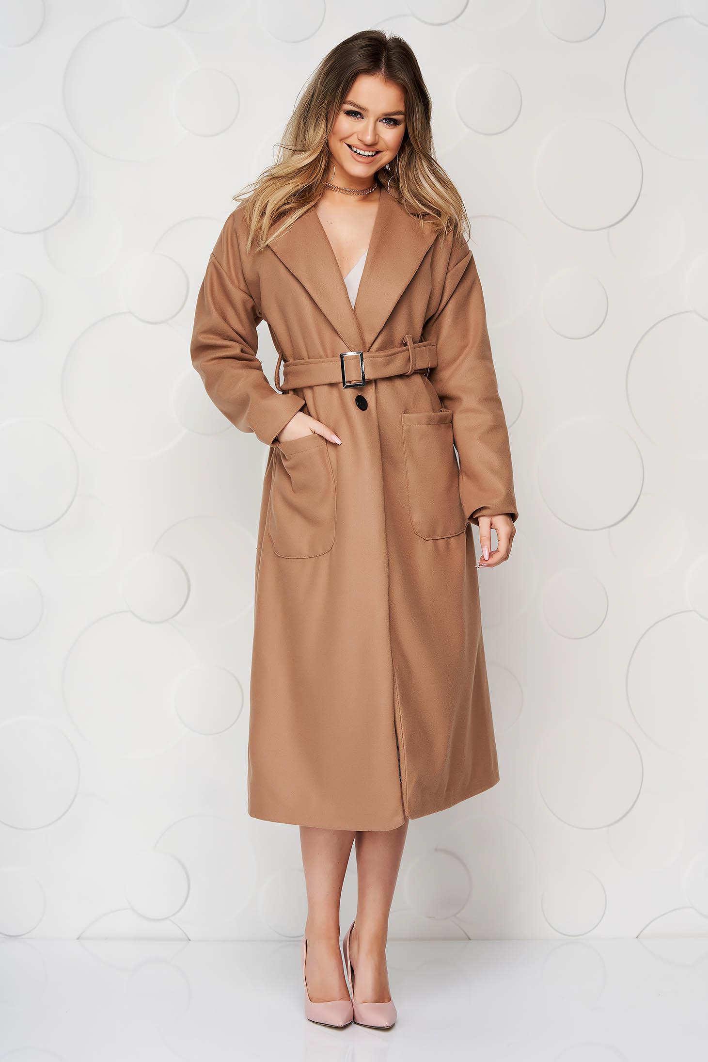 Palton maro elegant cu un croi drept din stofa neelastica cu buzunare