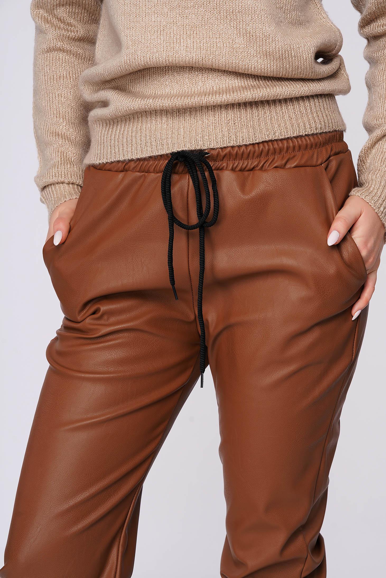 Pantaloni SunShine maro casual cu talie medie cu elastic in talie imitatie de piele