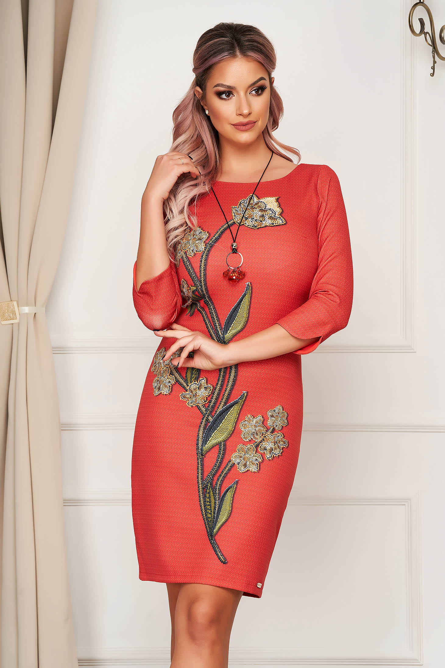 Daily red dress arched cut slightly elastic fabric accesorised with necklace