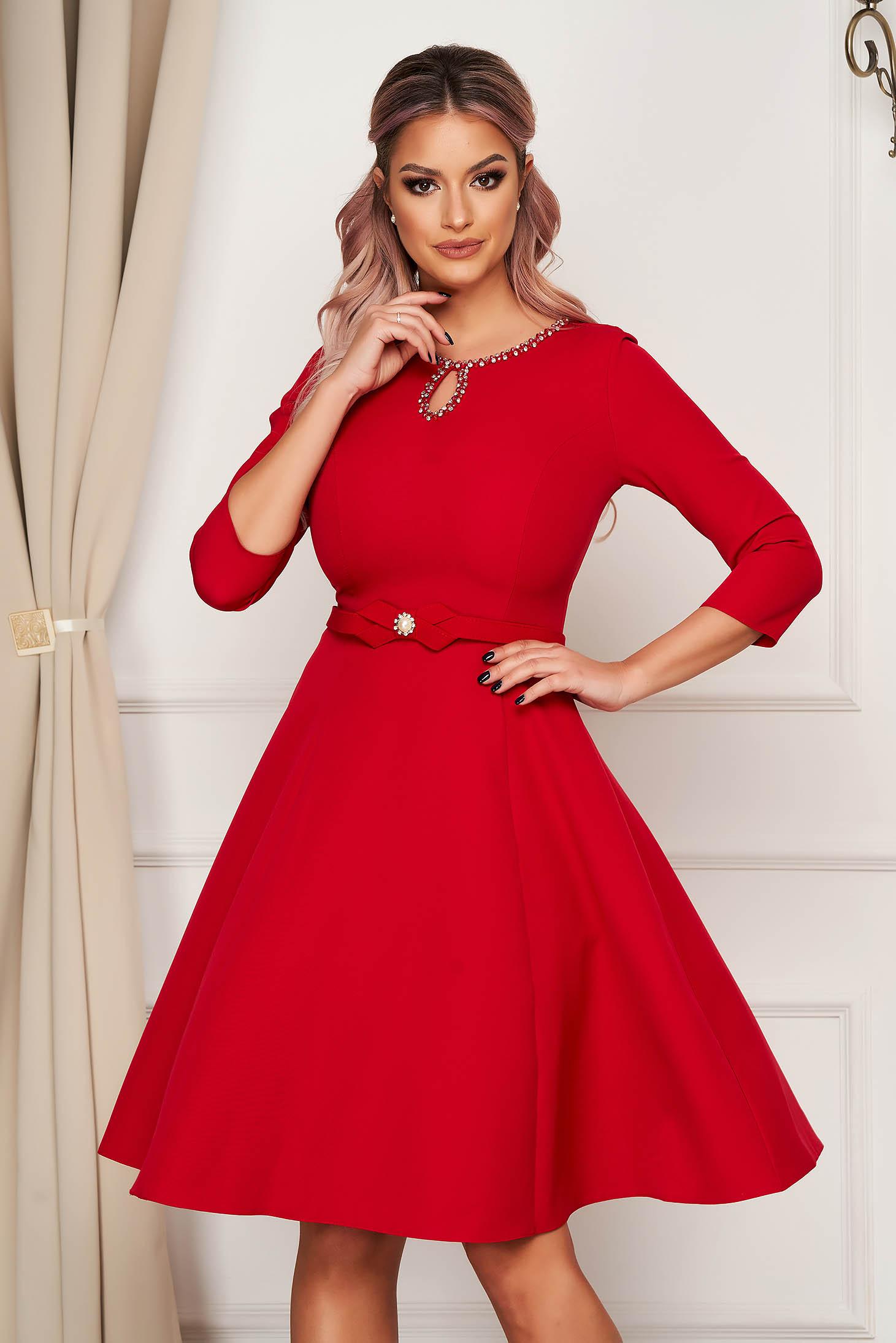 Rochie rosie midi eleganta din stofa in clos cu aplicatii cu pietre strass