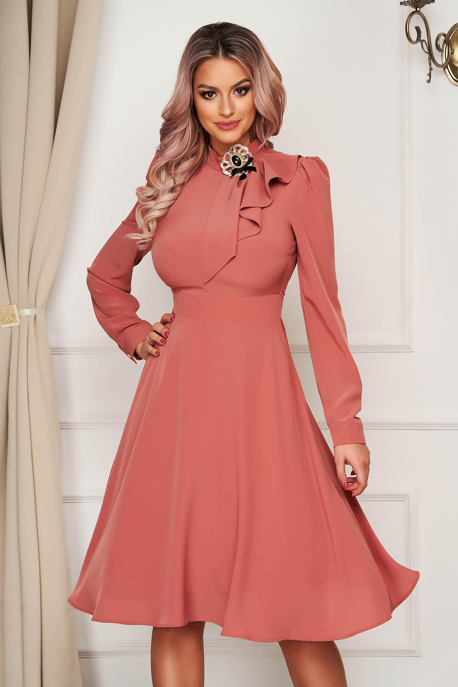 Púder rózsaszínű elegáns harang ruha muszlinból bross kiegészítővel