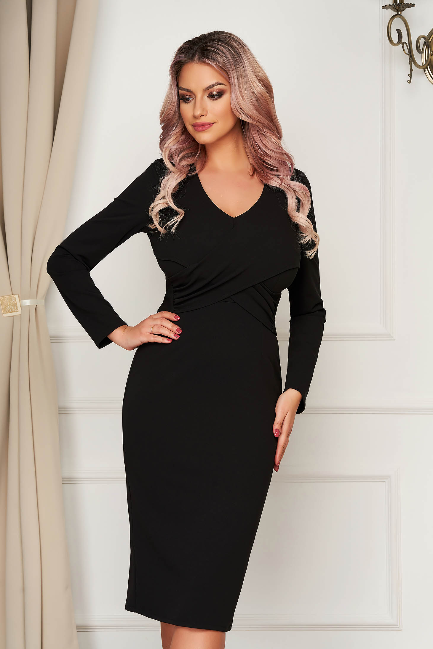 Fekete elegáns szűk szabású ruha v-dekoltázzsal