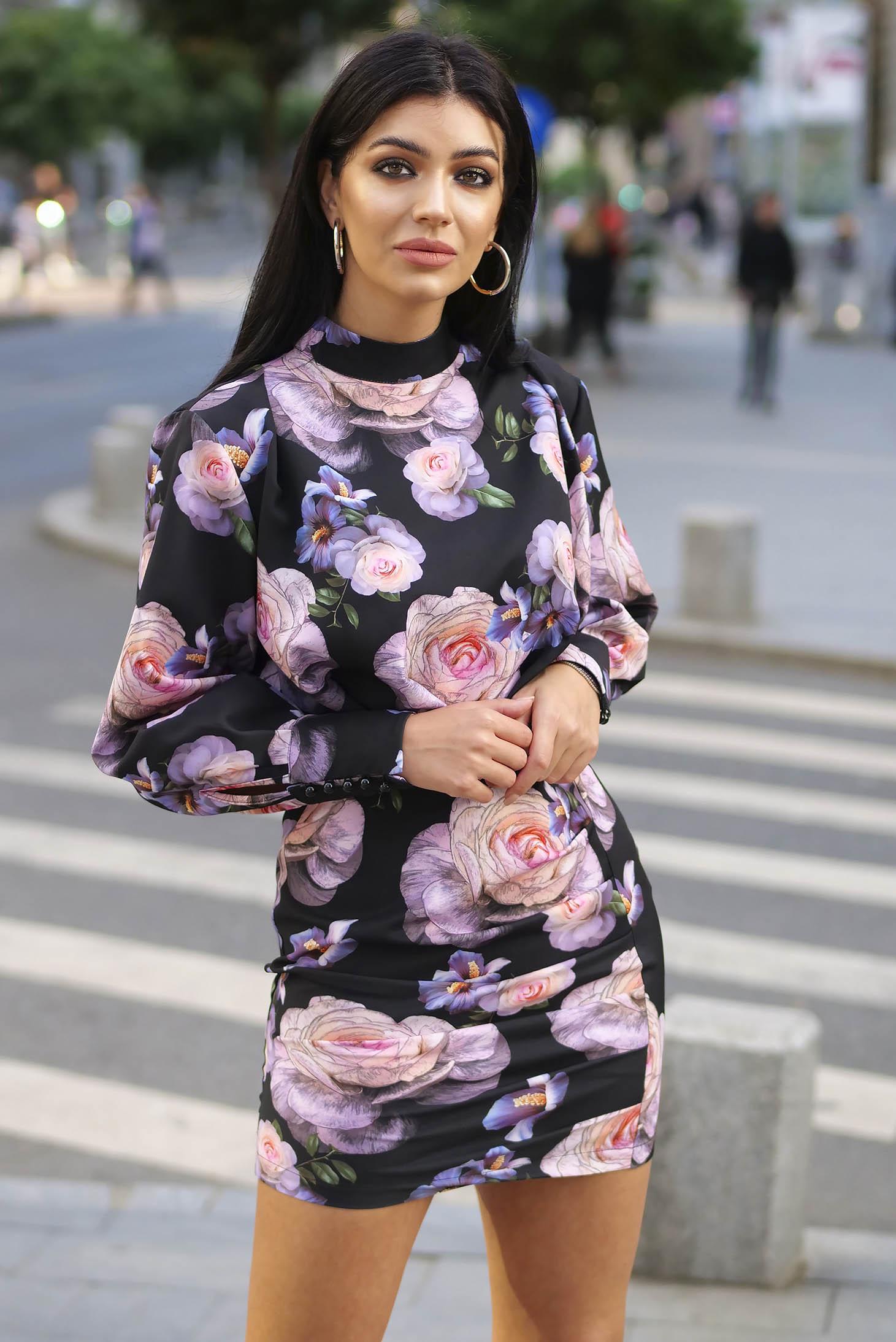 Fekete elegáns szűk szabású bő ujjú ruha enyhén rugalmas szövetből virágmintás díszítéssel