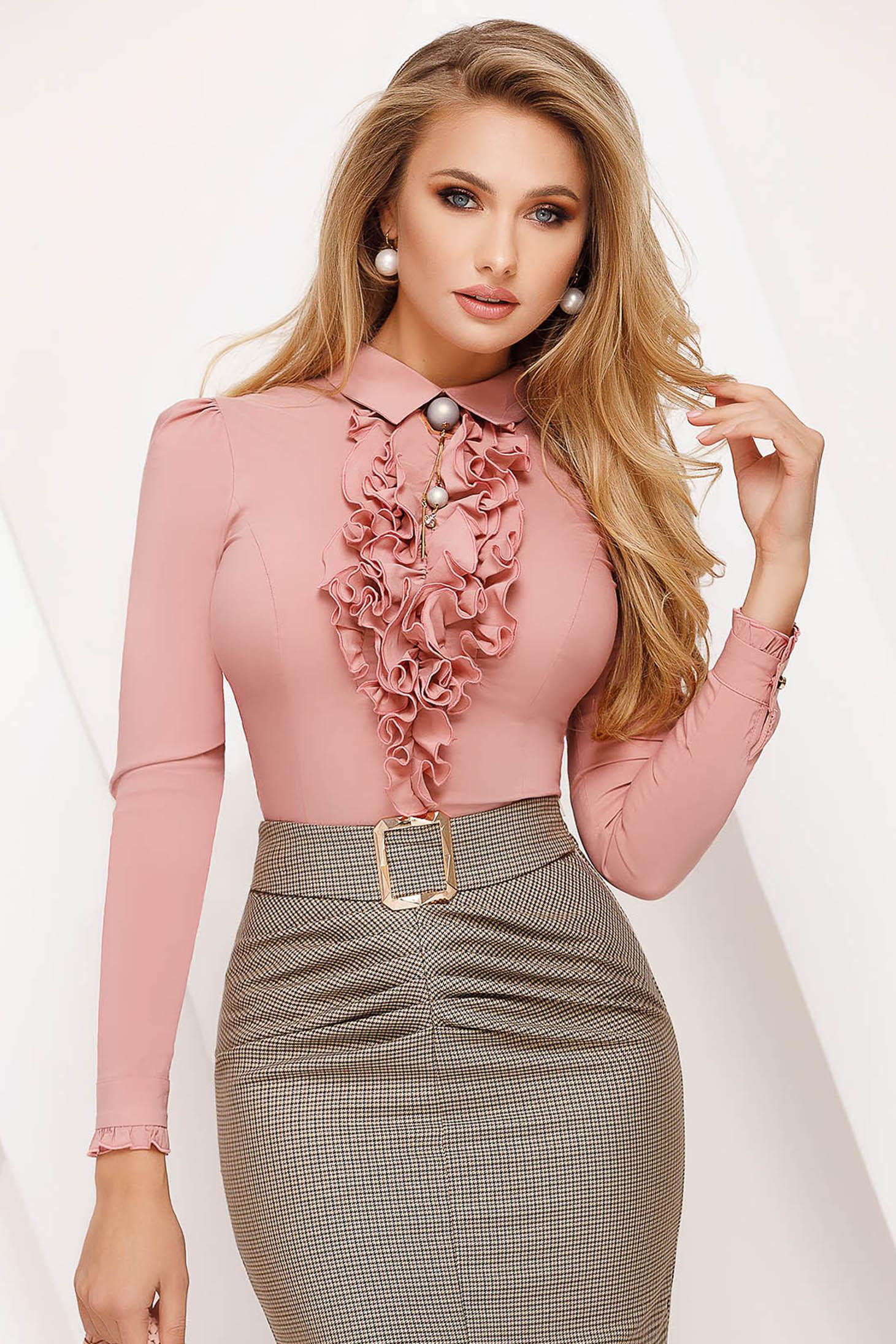 Bluza dama Fofy roz prafuit office mulata din bumbac cu volanase accesorizata cu brosa