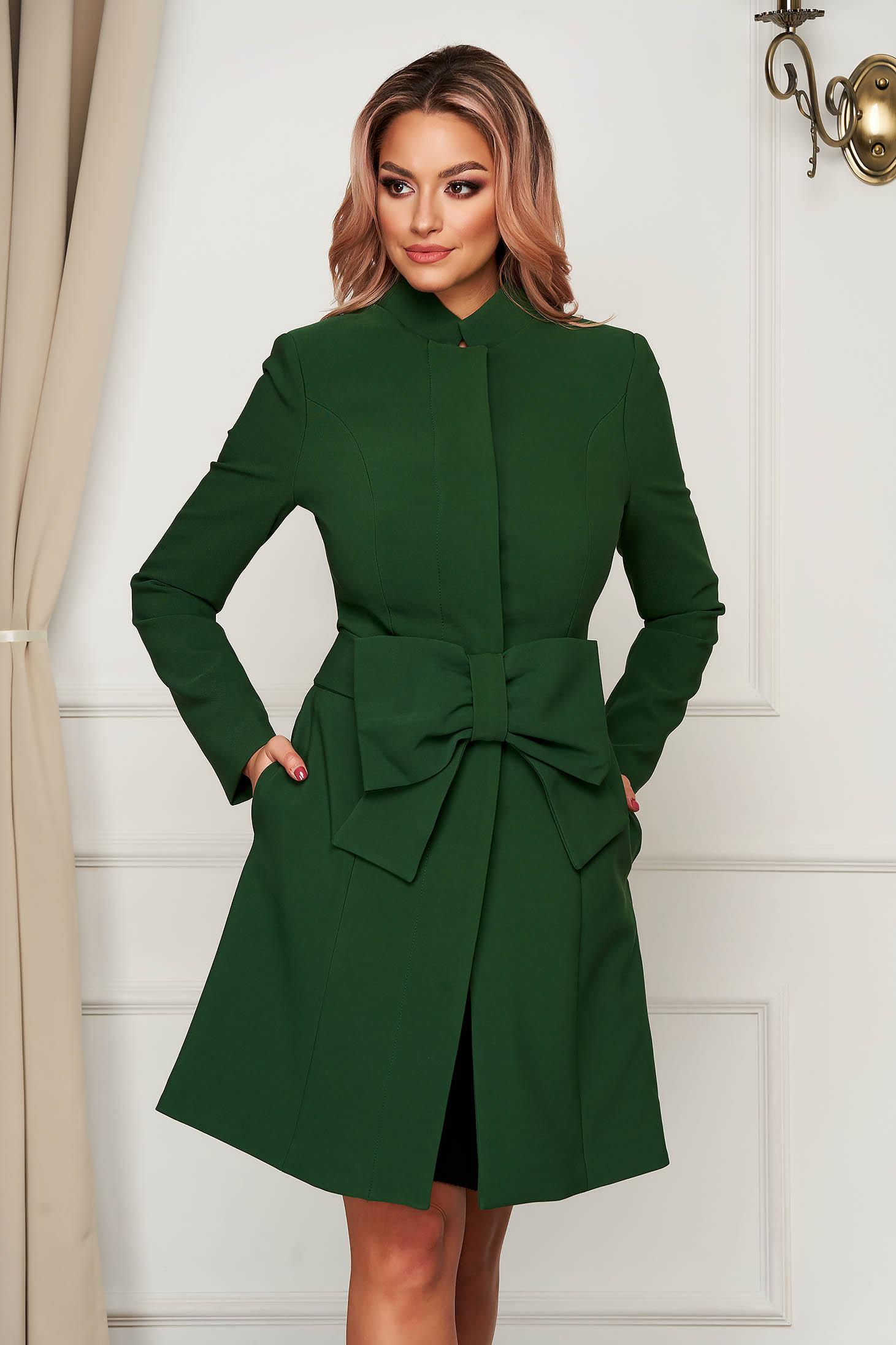 Zöld harang béléssel övvel ellátva elegáns masni alakú kiegészítővel kabát