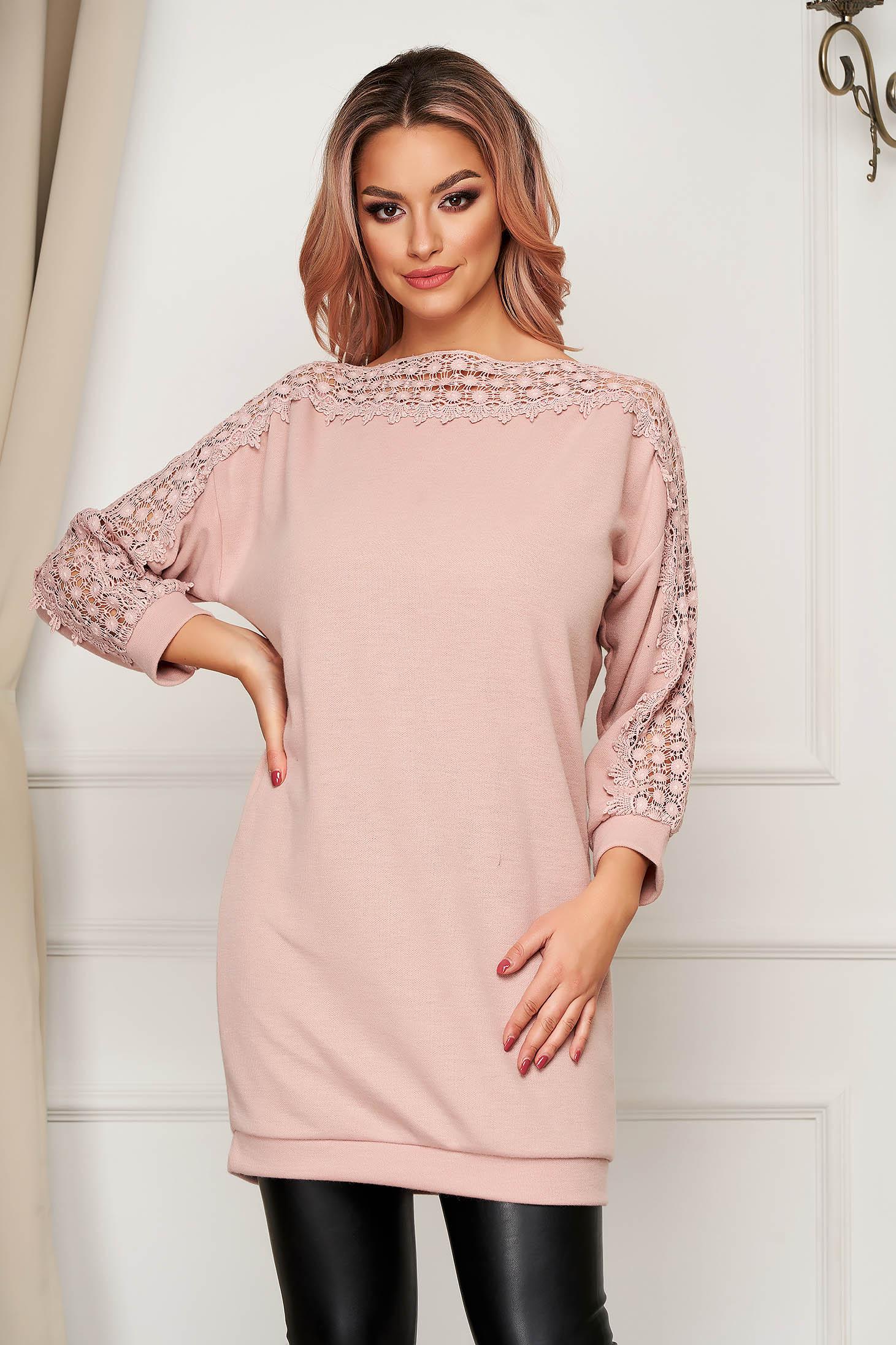 Pulover SunShine roz deschis casual lunga din material tricotat cu croi larg si insertii de broderie